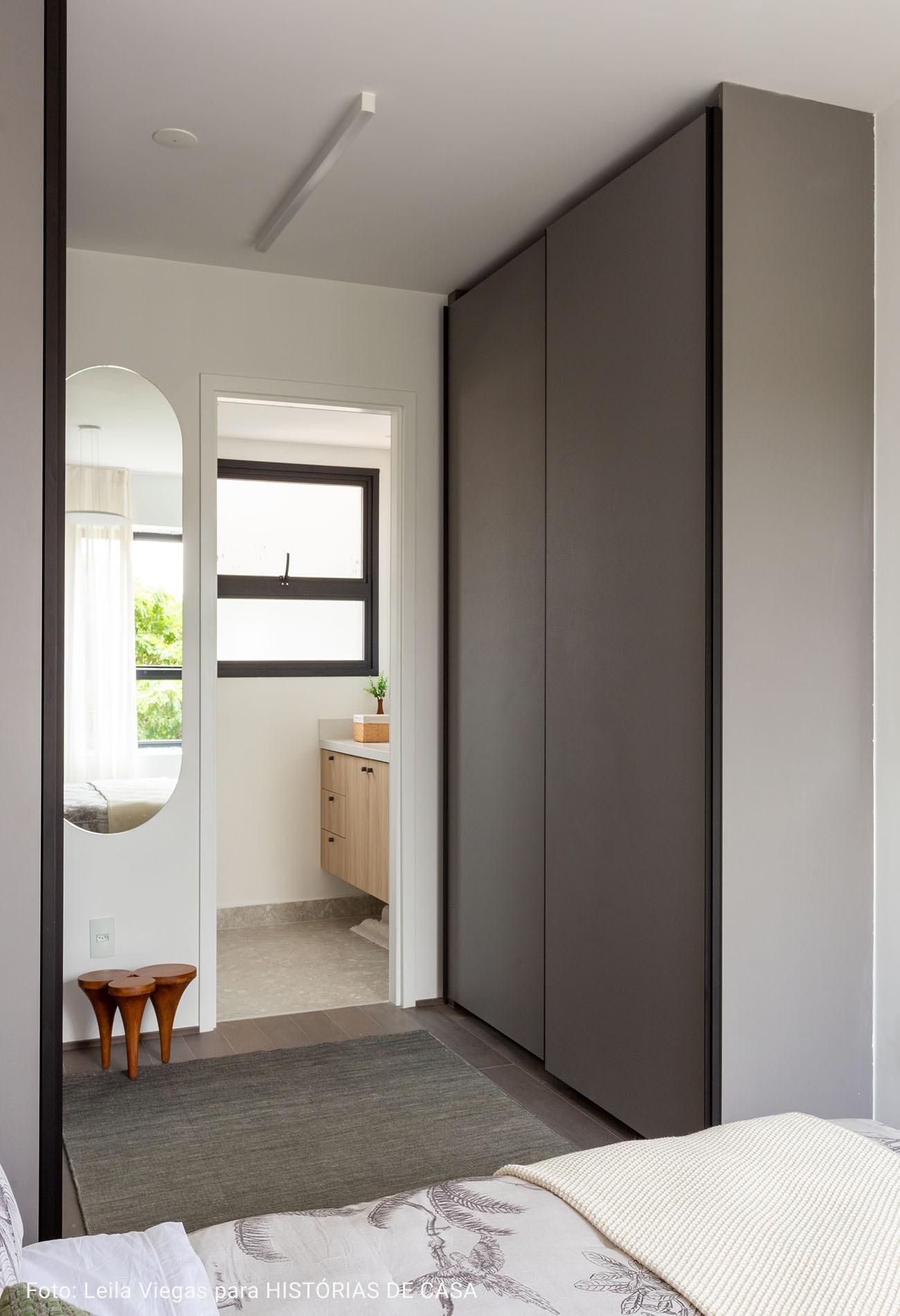 suite com banheiro de armários de madeira crua