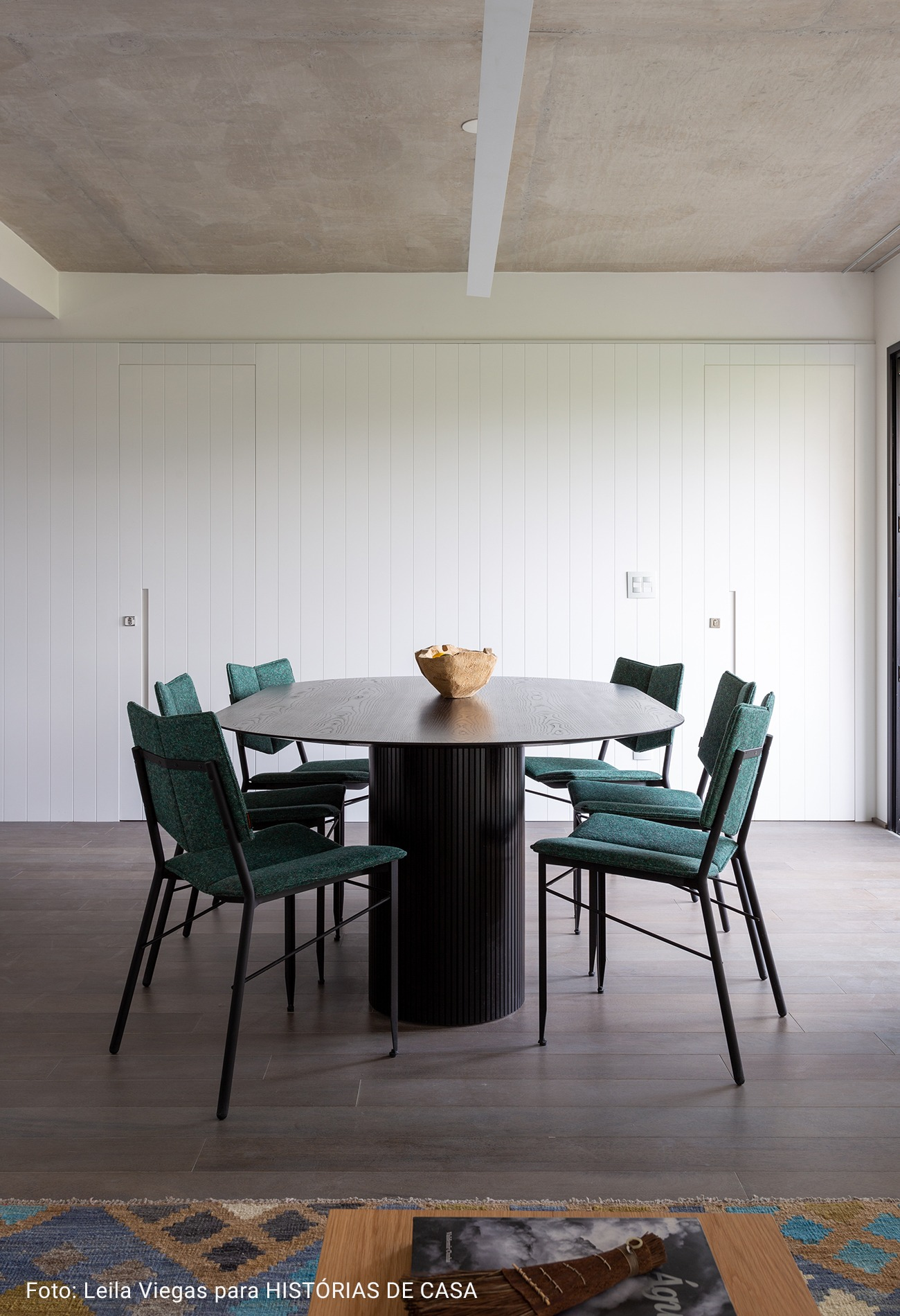 sala com mesa oval preta
