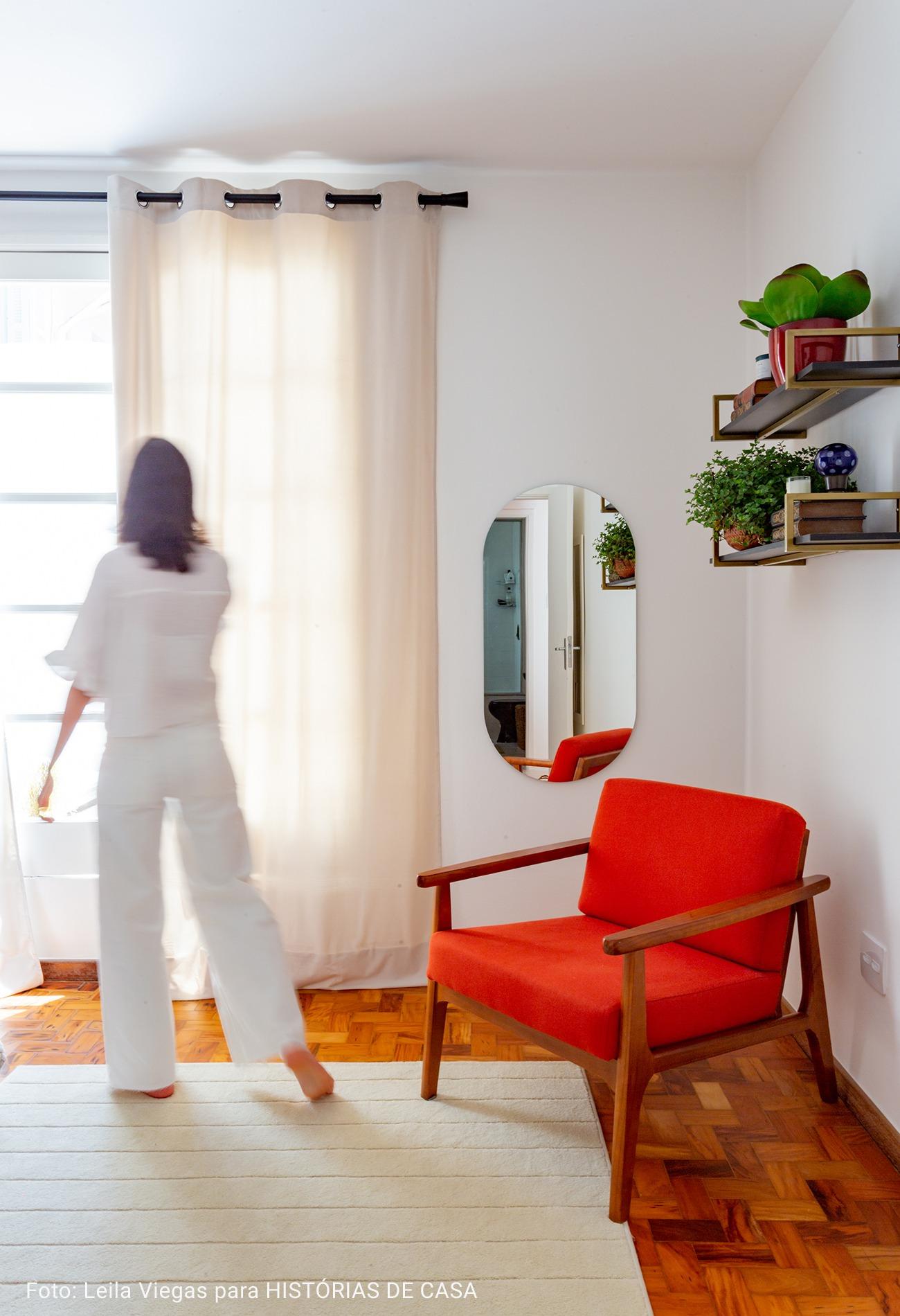 quarto com tapete branco felpudo