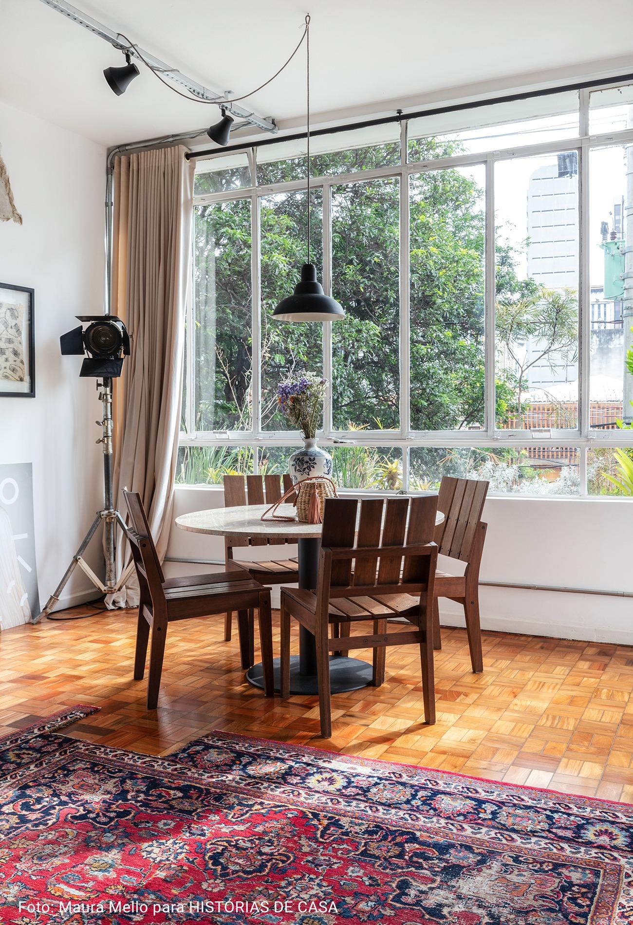 sala de jantar com mesa redonda de madeira