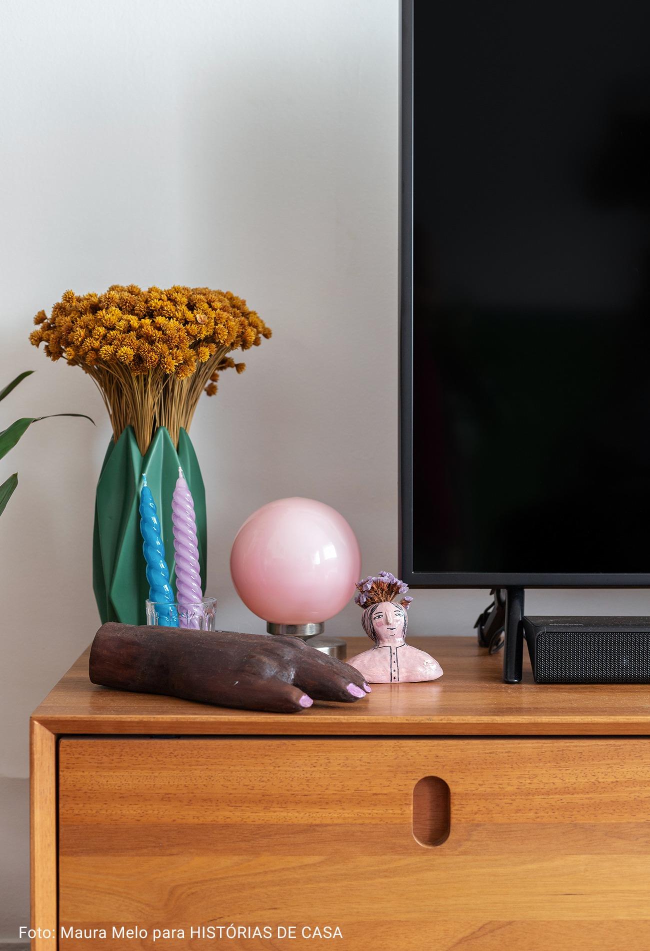 sala com vaso de flor