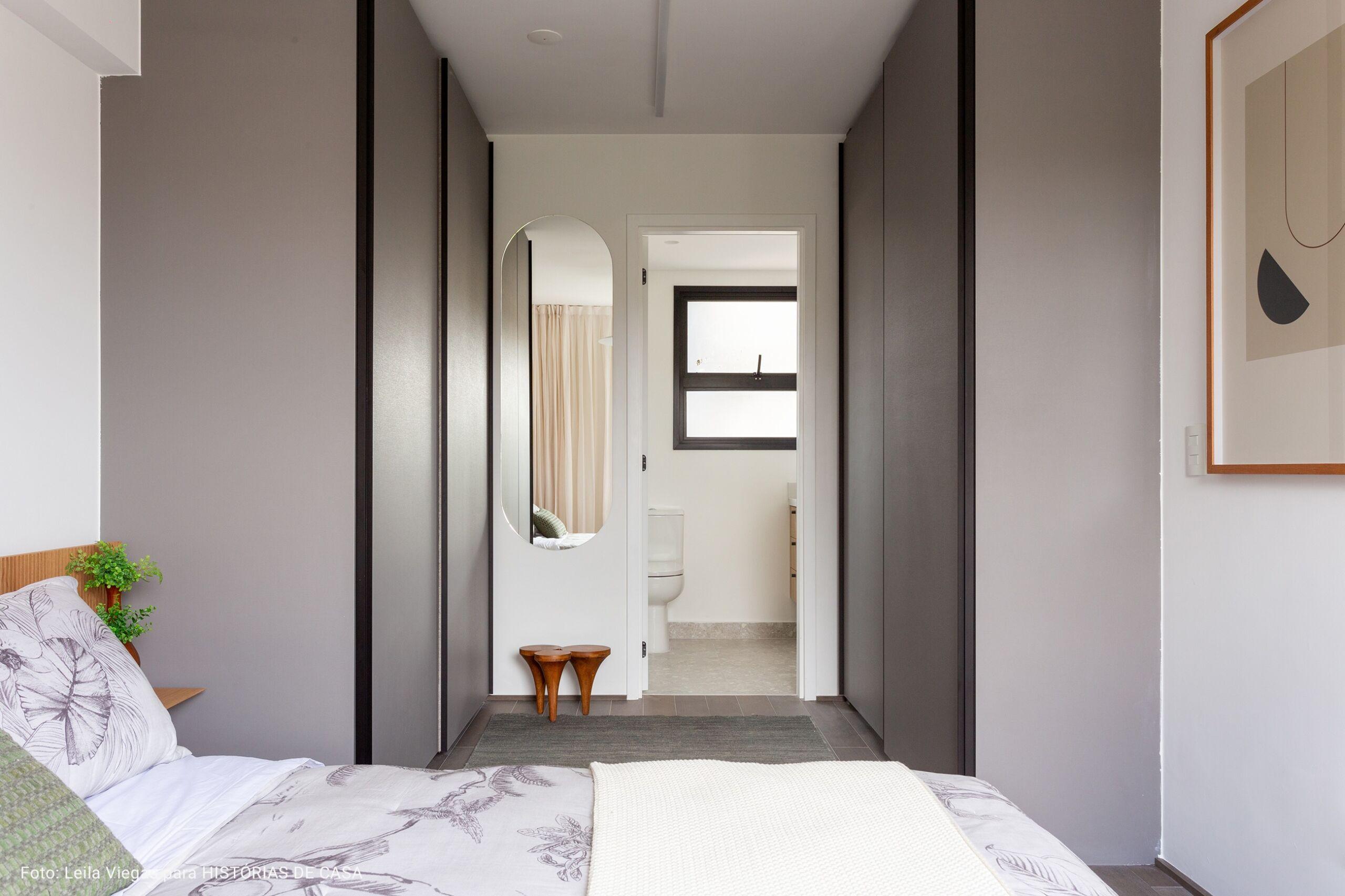 suite com quadro de madeira natural