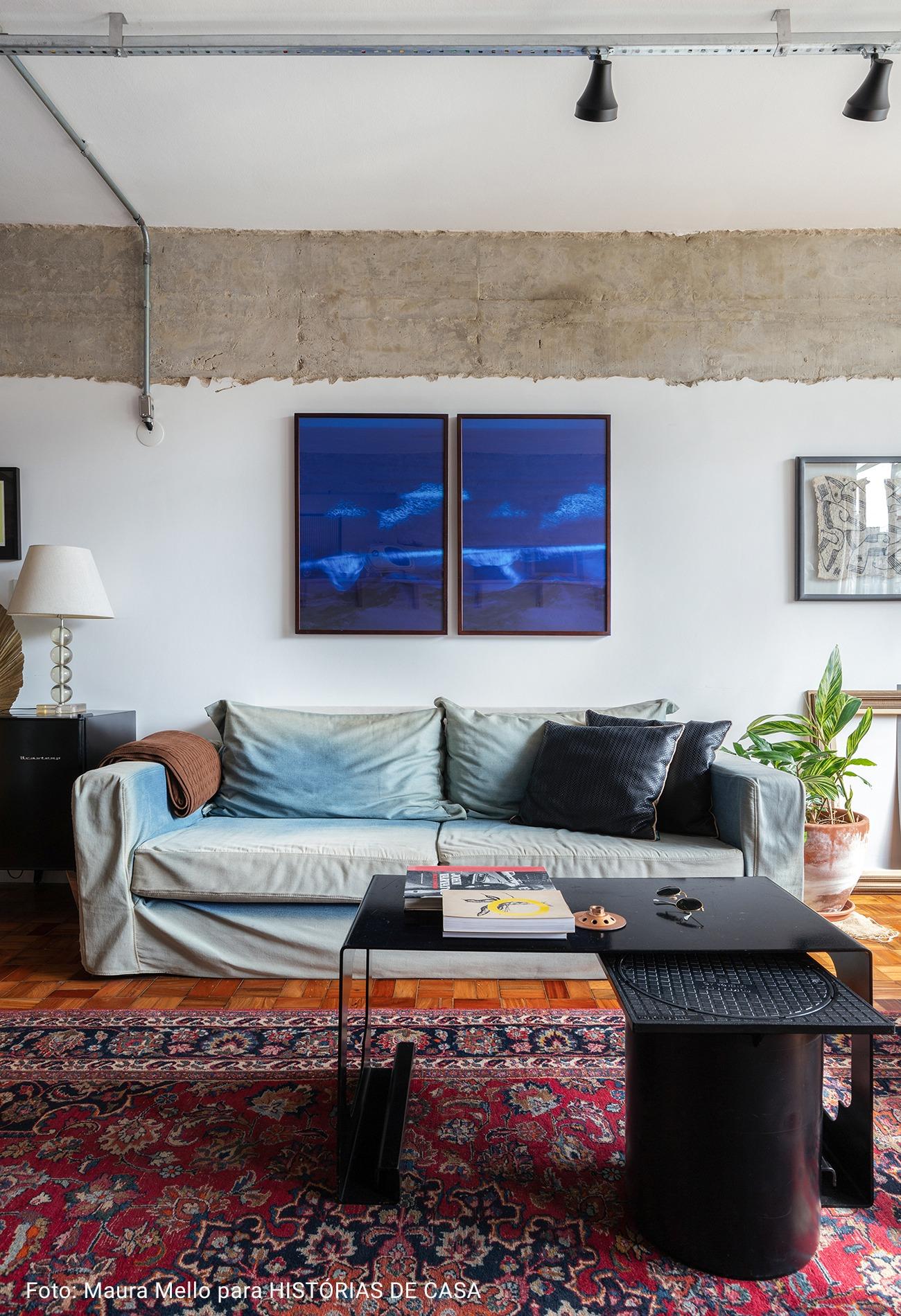 sala de estar com quadros azul marinho