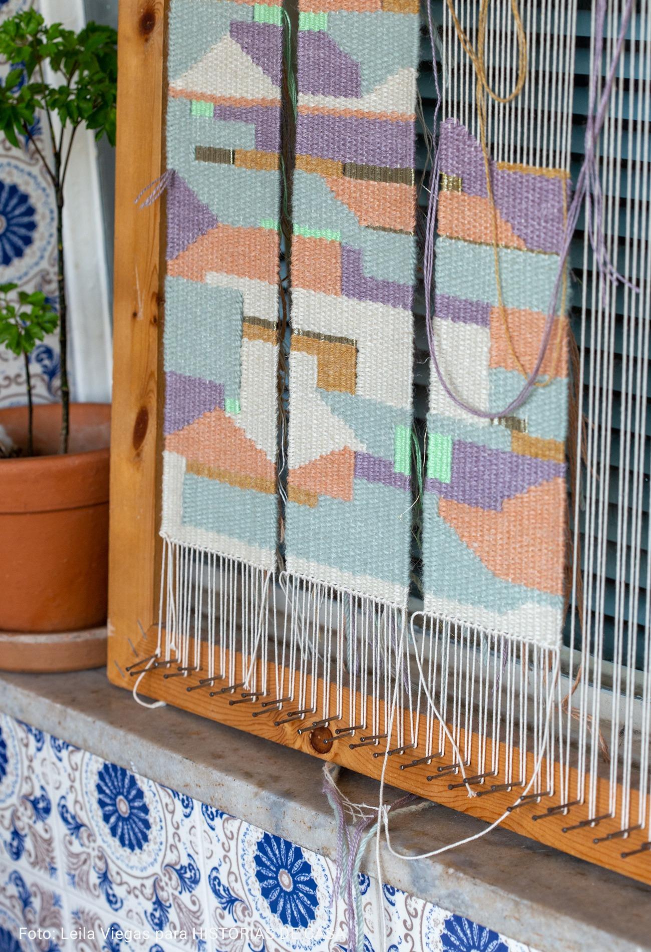 ateliê artistico com parede de azuleijos
