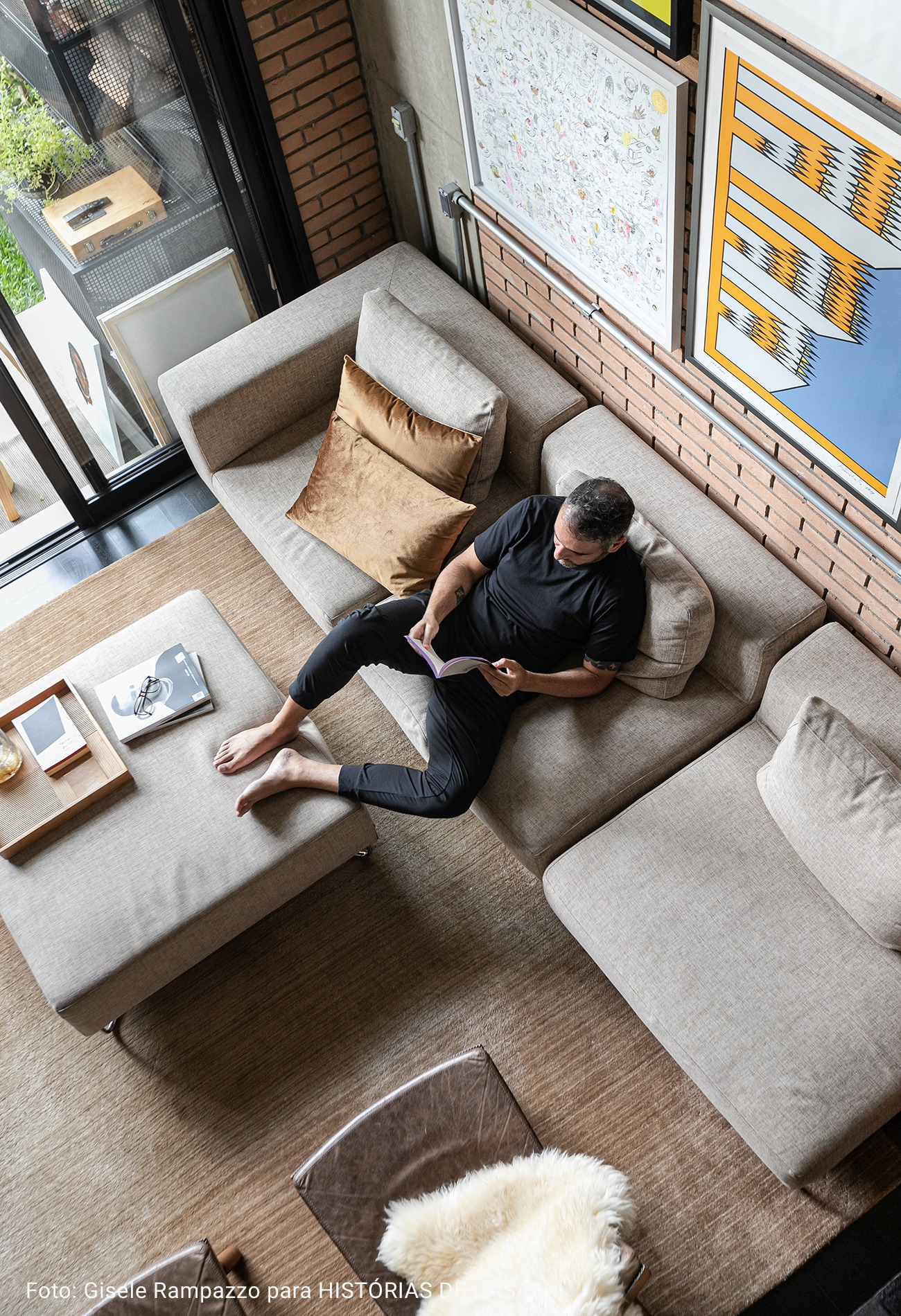 sala com mesa de centro de concreto