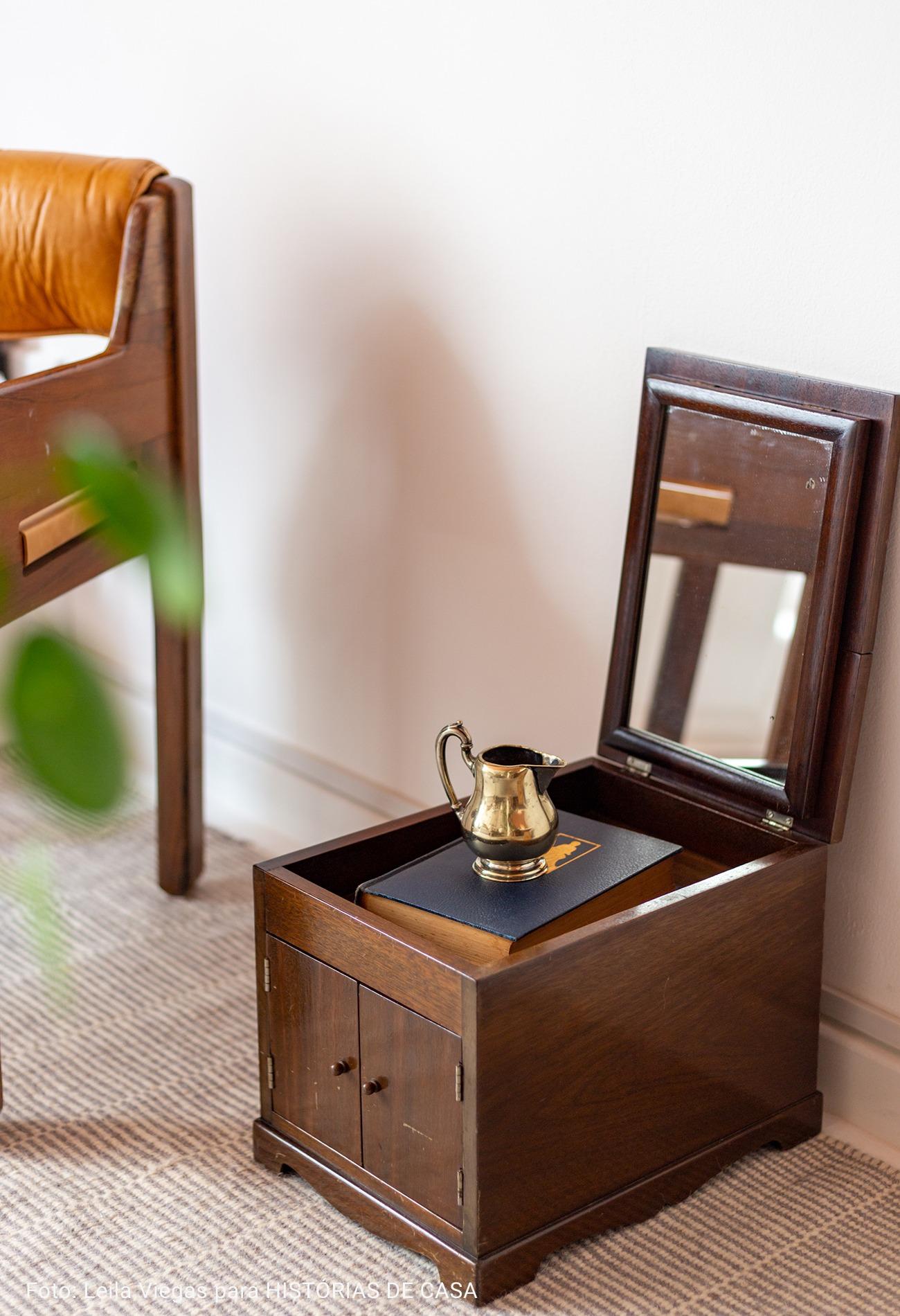 sala com baú de madeira maciça