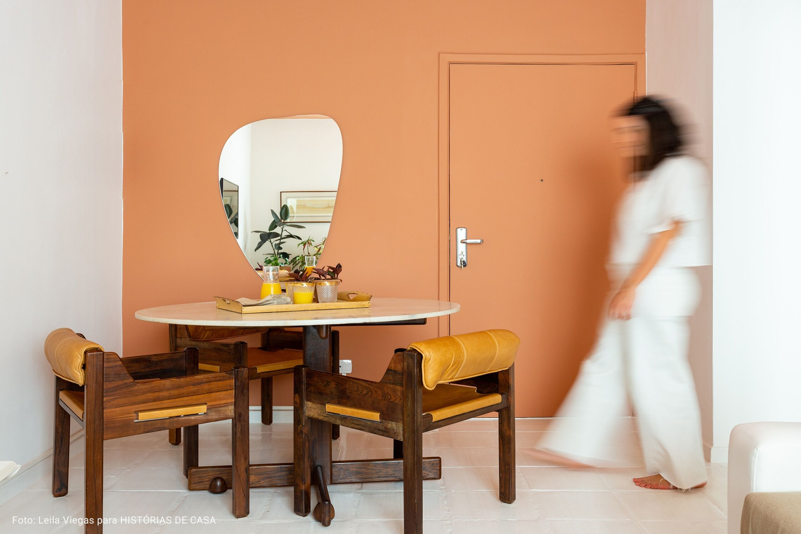 sala com espelho de forma orgânica
