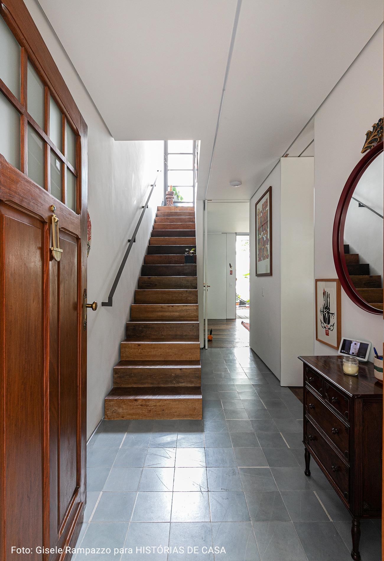 entrada de casa com escadaria de madeira