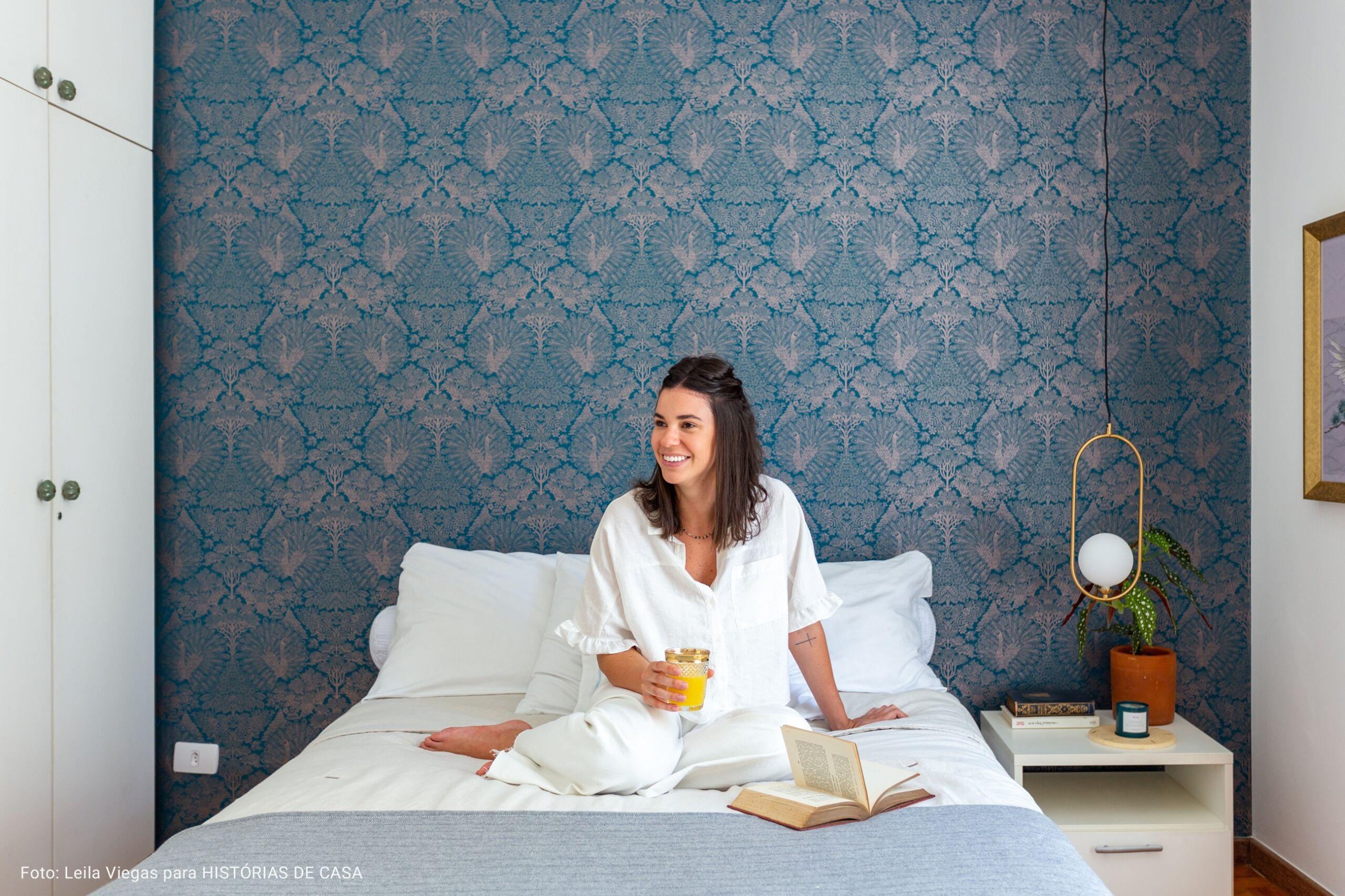 quarto com papel de parede azul e dourado