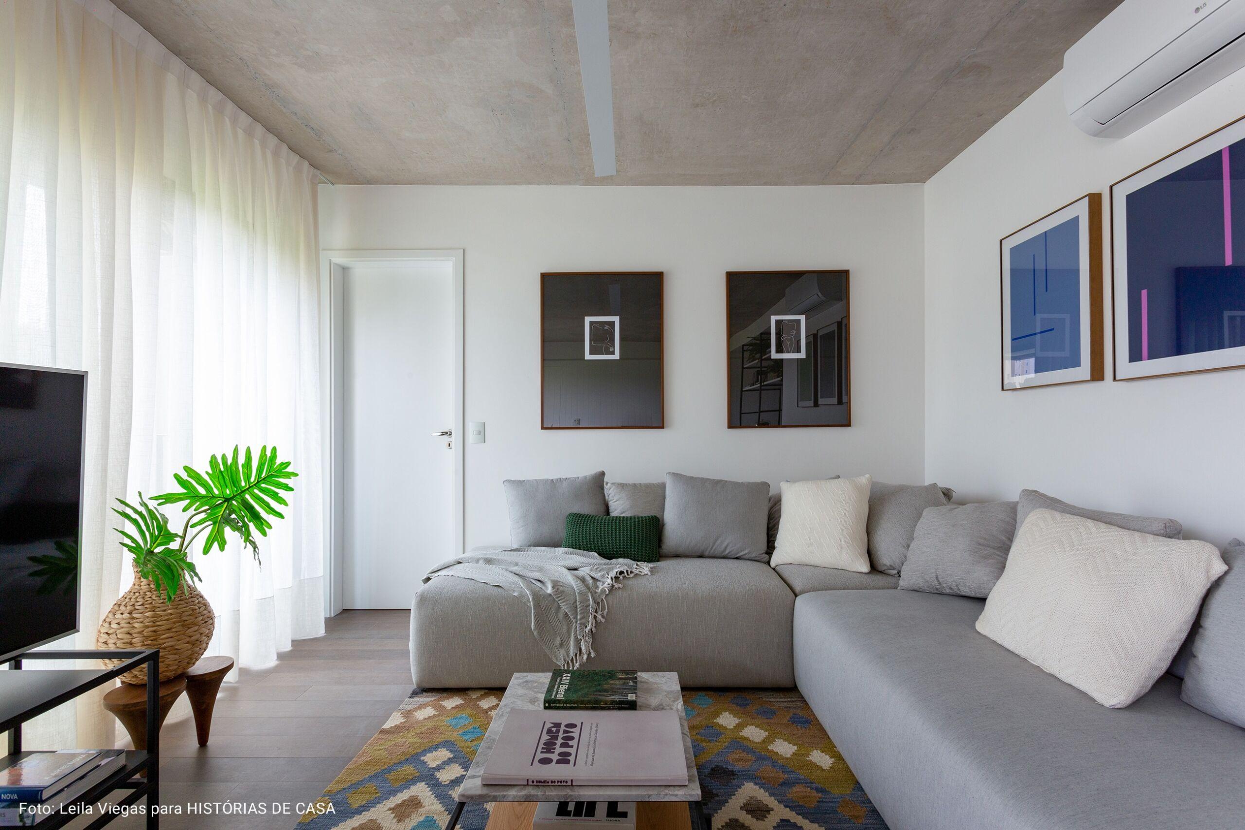 sala de televisão com tapete geométrico