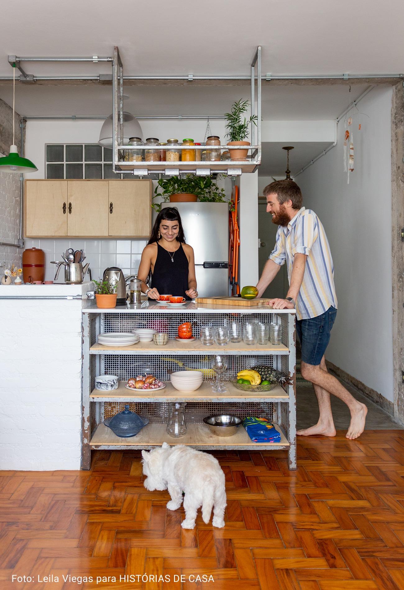 cozinha com prateleiras de ferro
