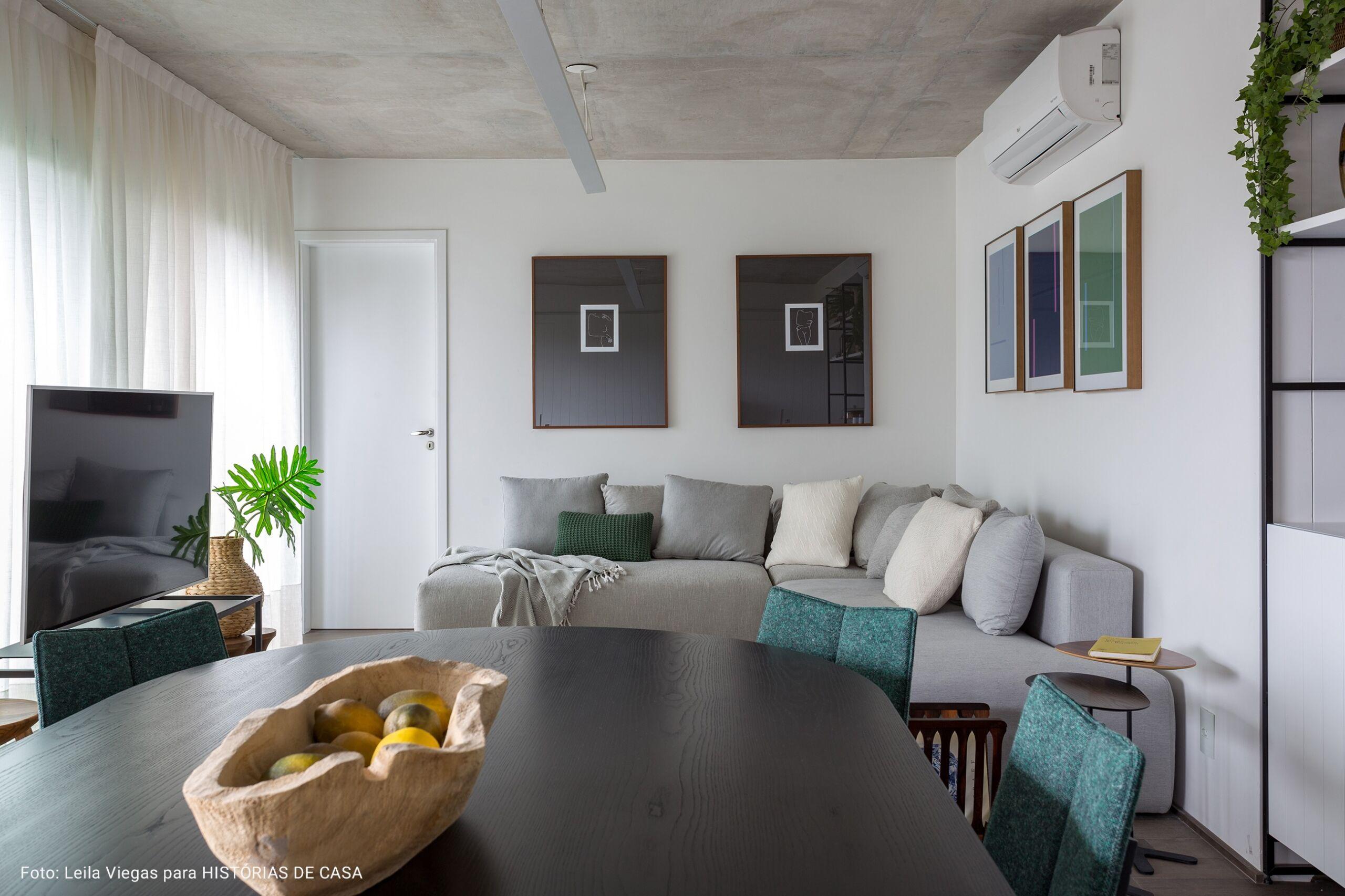 sala de estar com centro de mesa de madeira