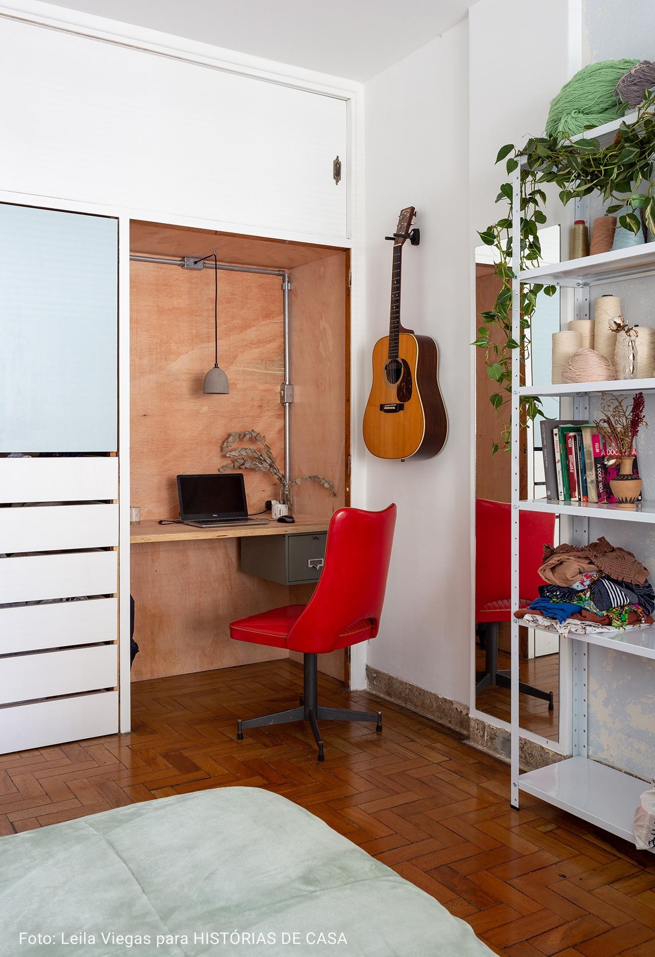 quarto com violão na parede