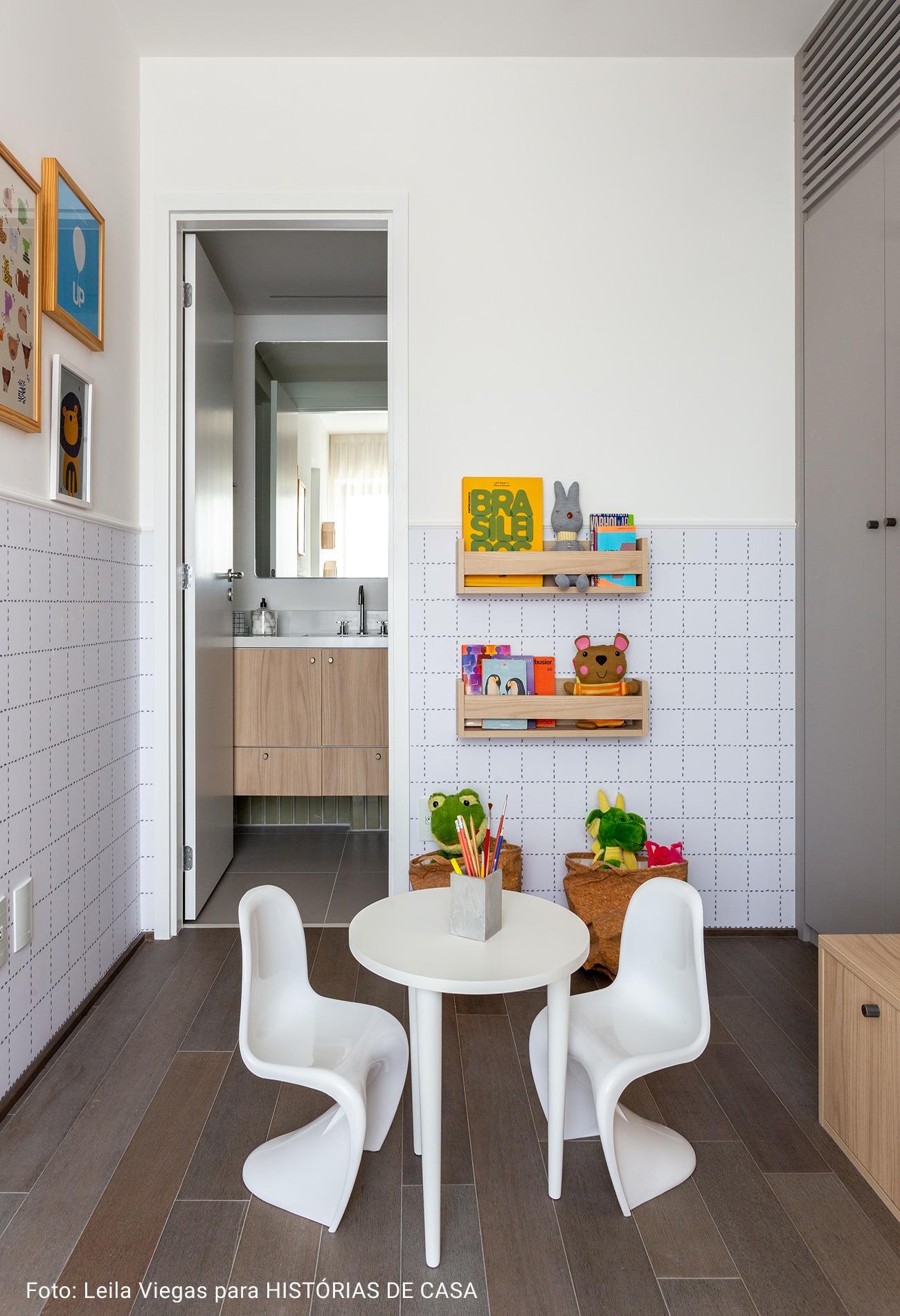 suite infantil com mesinha branca de brinquedos