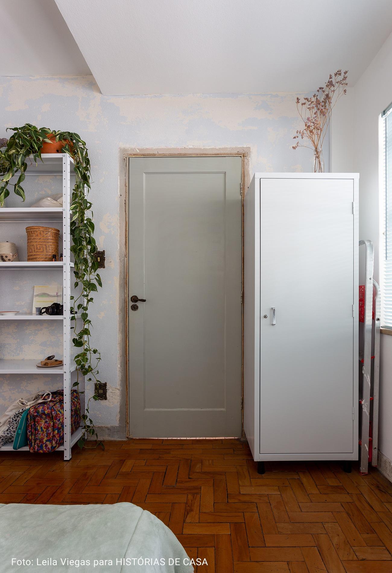 quarto com porta cinza