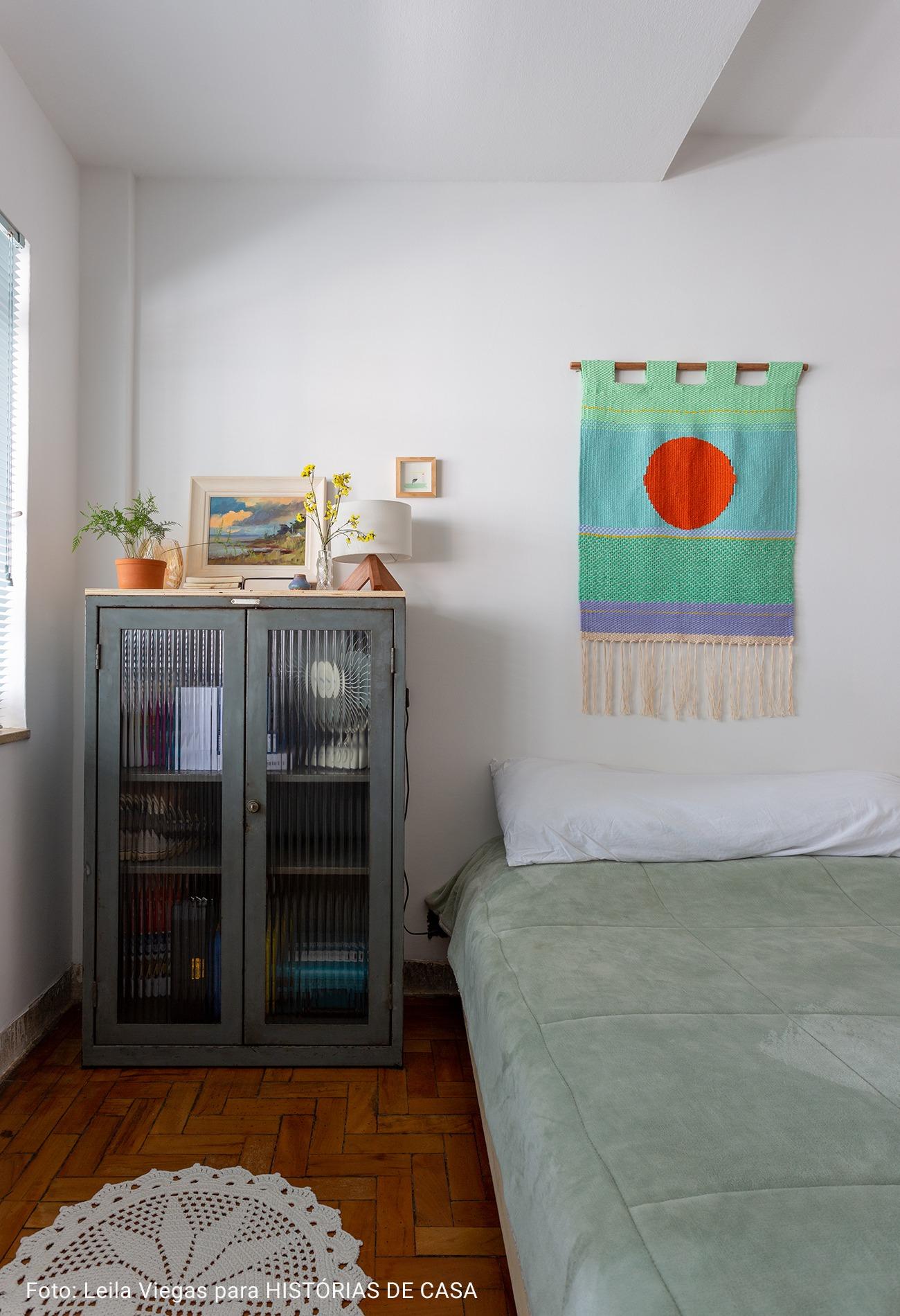 quarto com tapeçaria artesanal