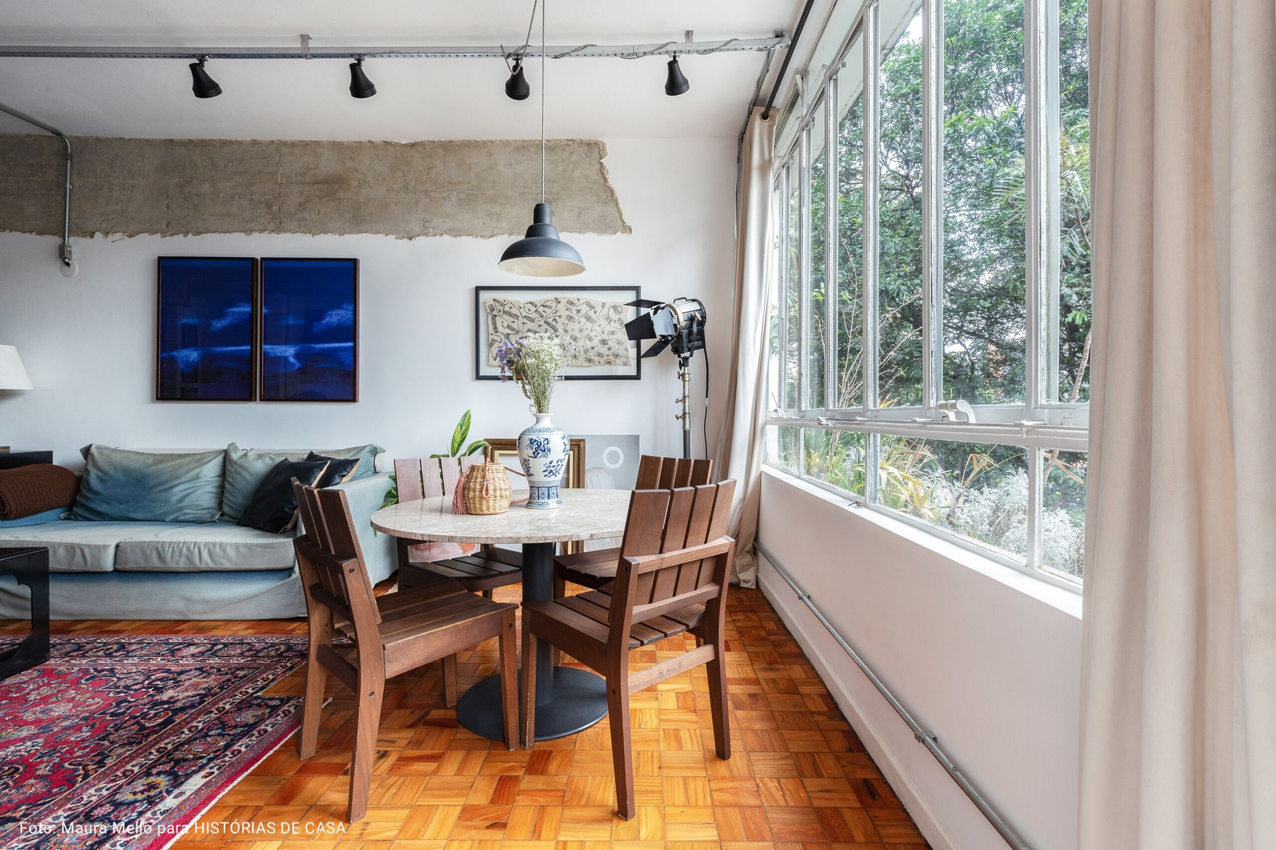 sala com cadeiras de madeira