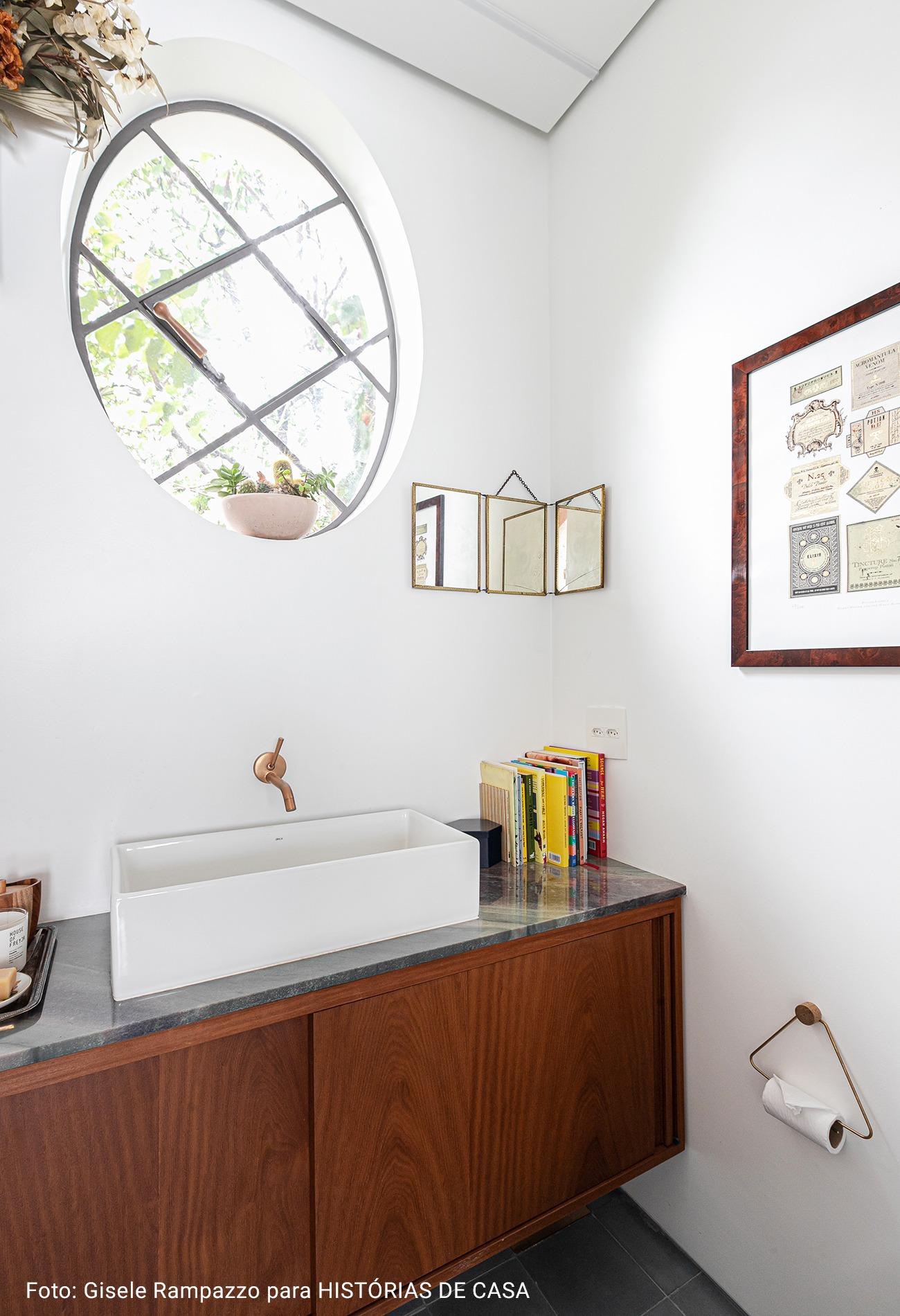 banheiro com paredes brancas