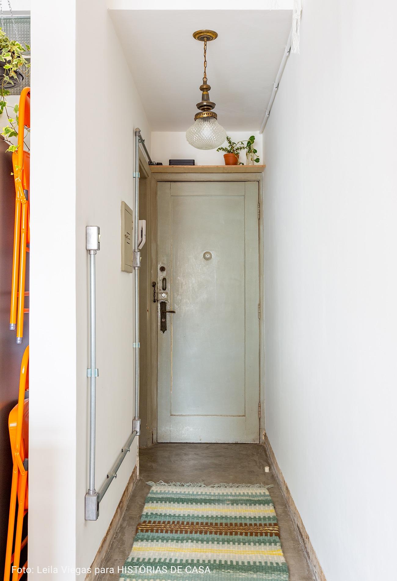entrada com porta cinza