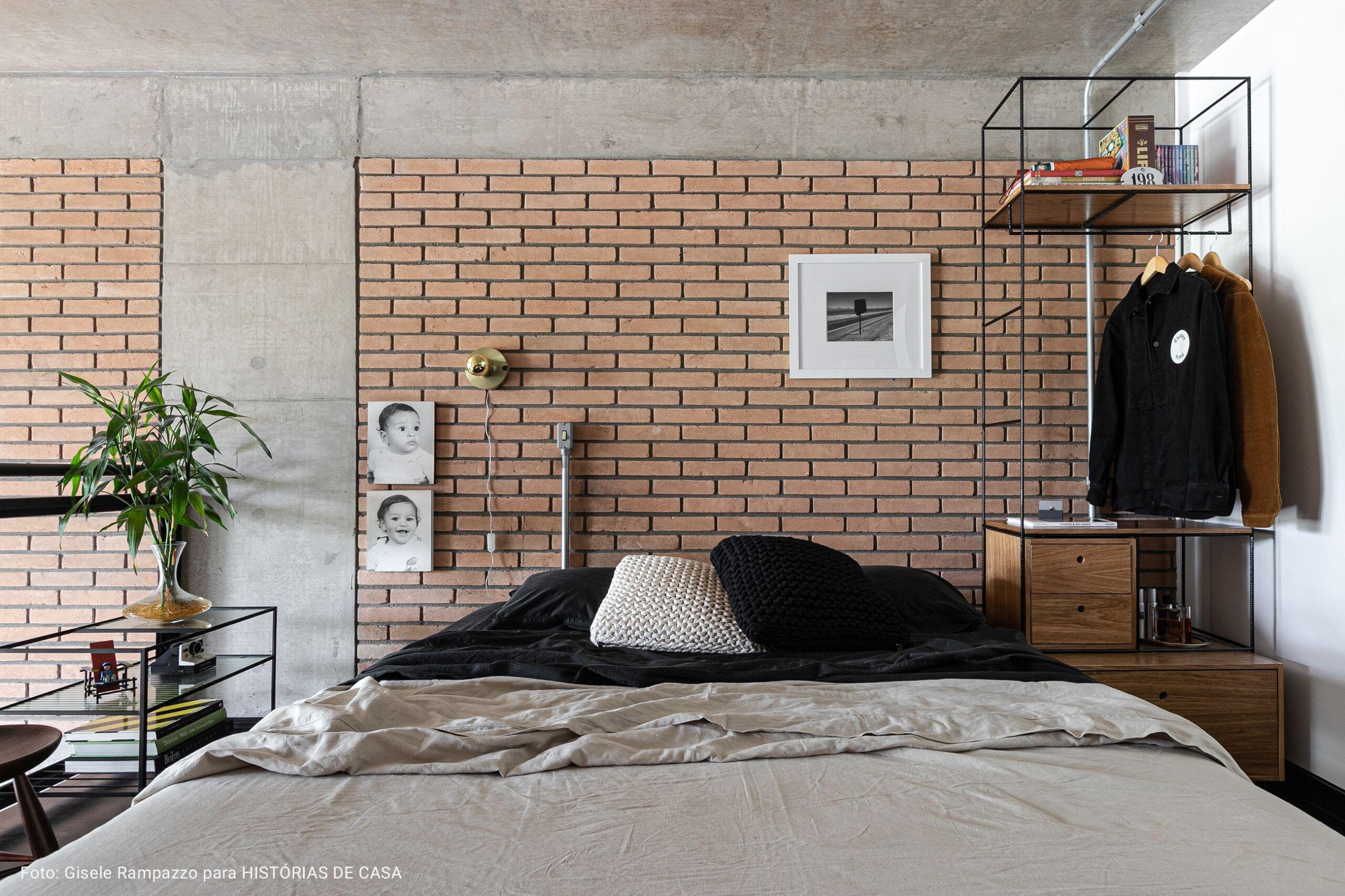 quarto com parede de tijolos