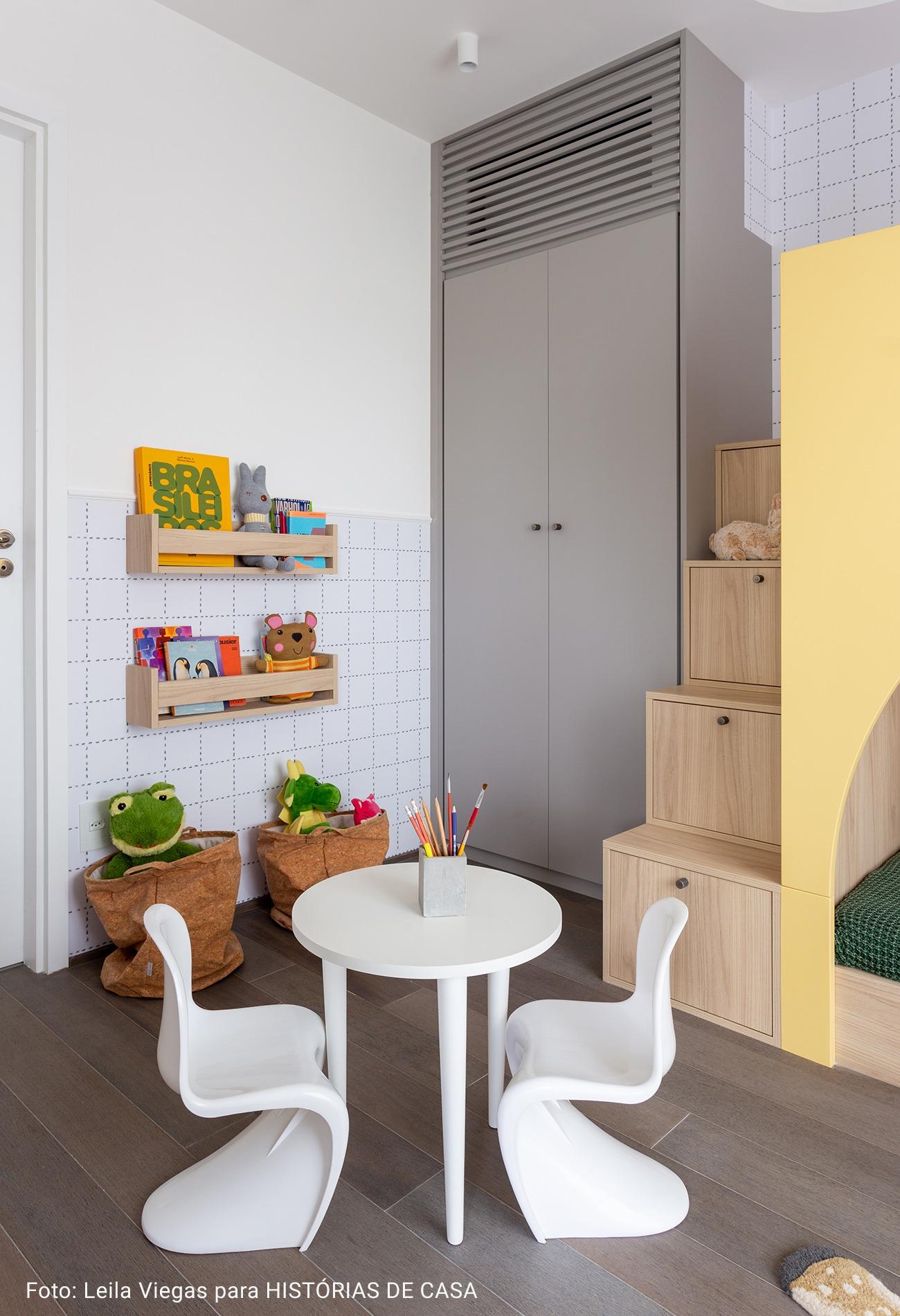 quarto infantil com escada de madeira como armário embutido