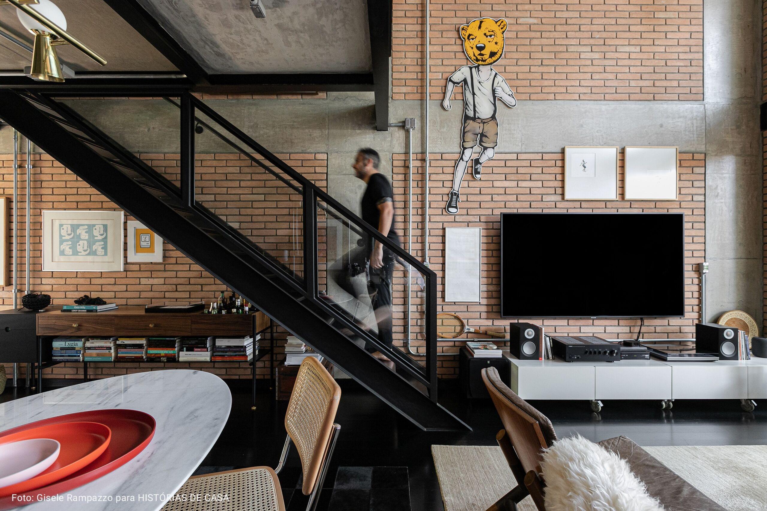quarto com escadaria de ferro