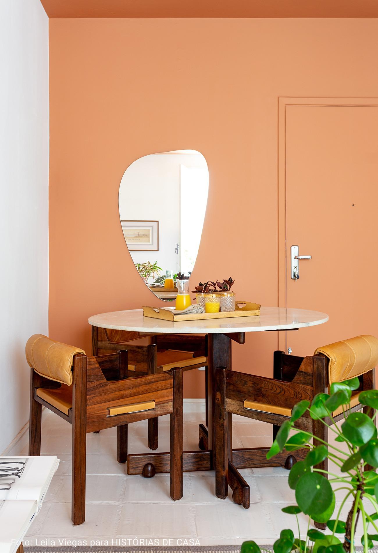 sala com mesa de centro com cadeiras caramelo