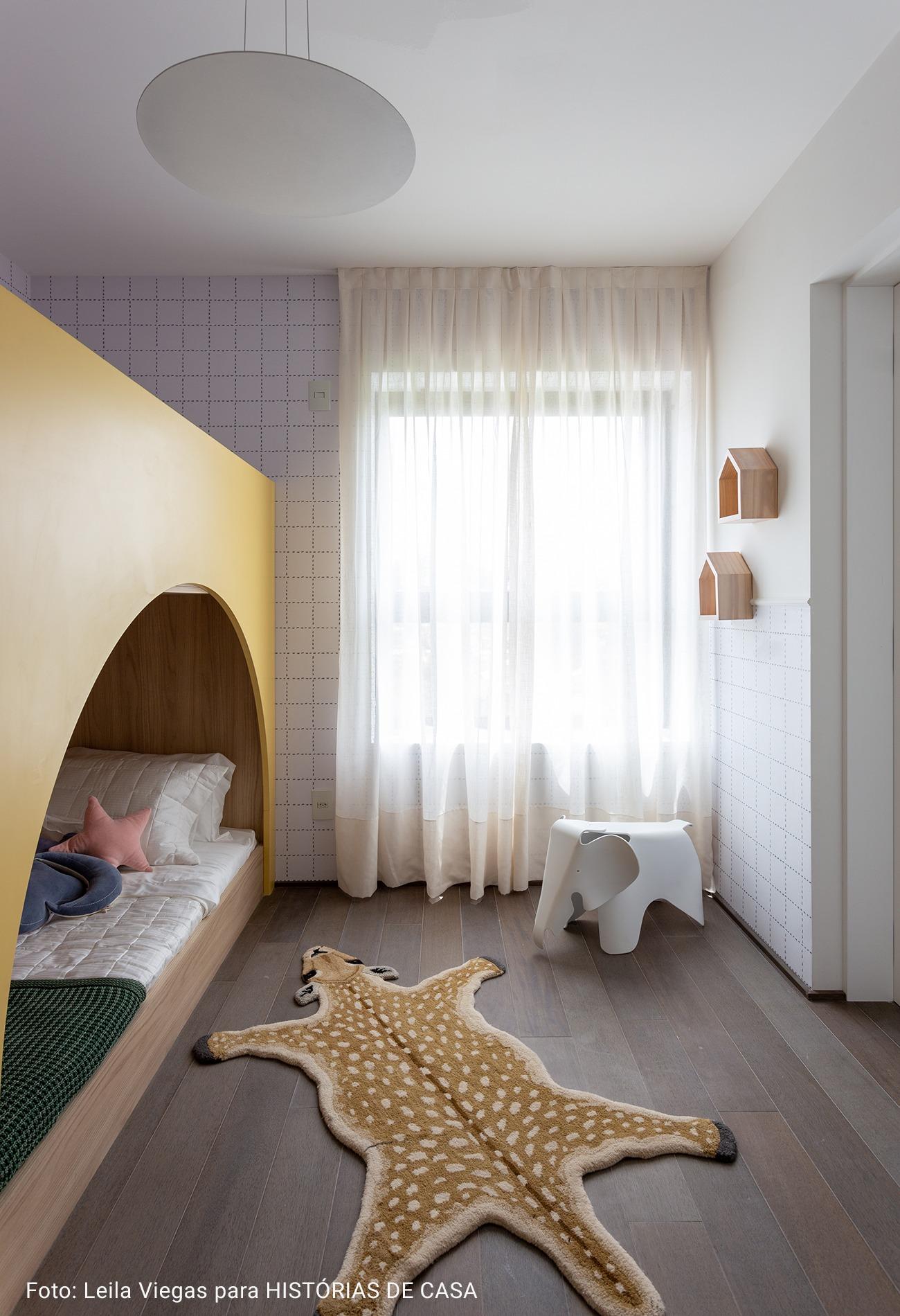 quarto infantil com pratelira em formato de casinha
