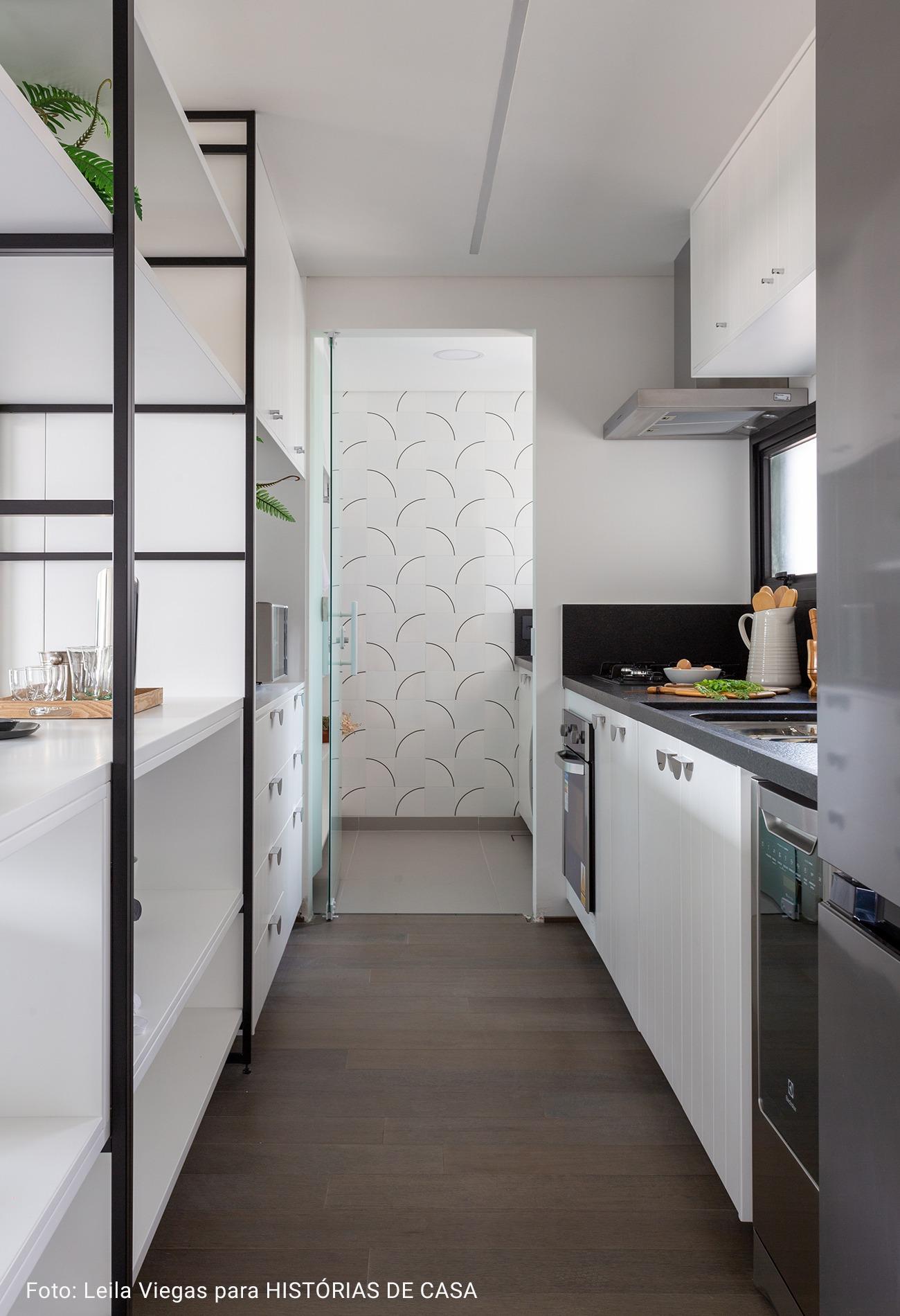 cozinha com bancada de granito preta
