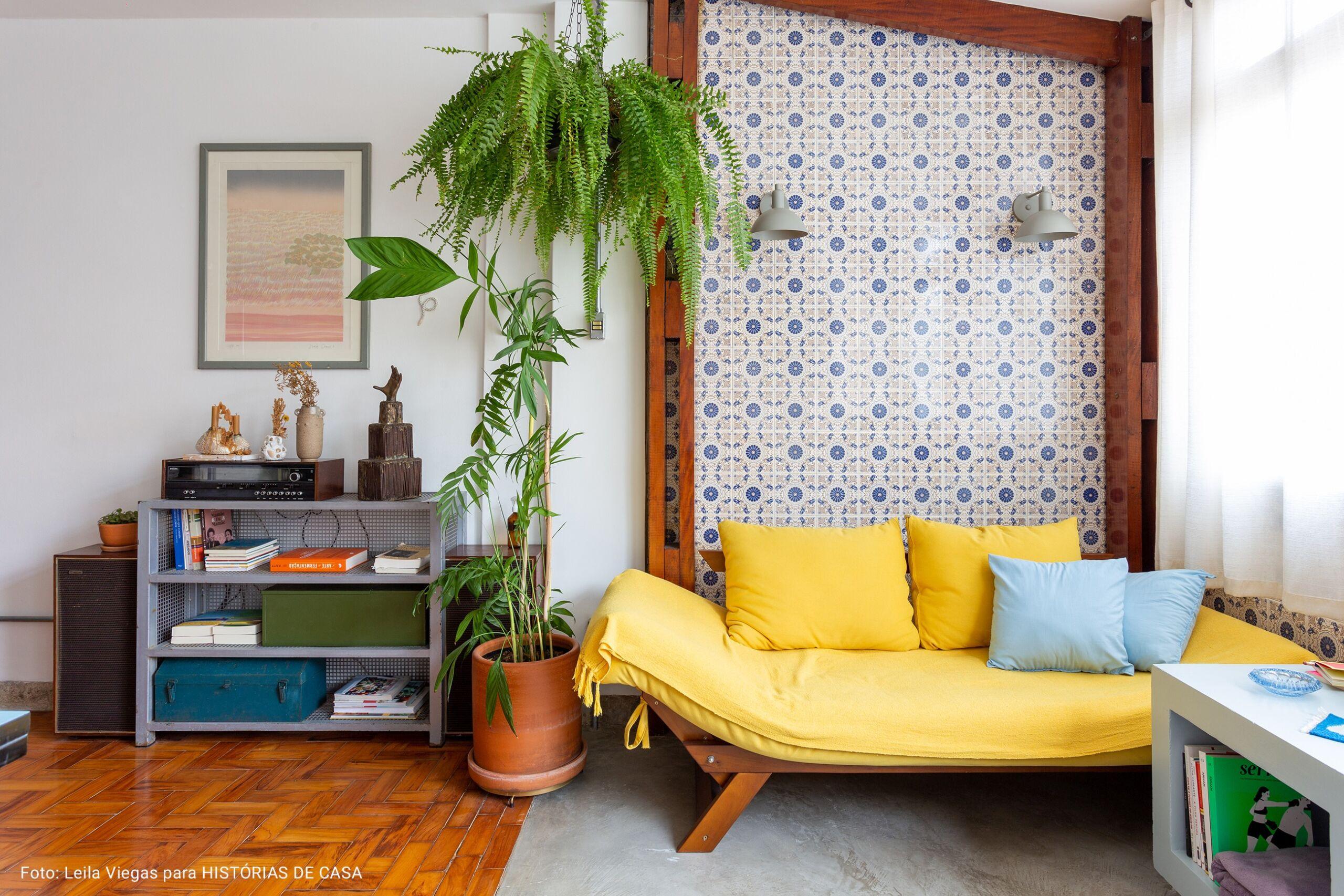 sala com sofá amarelo