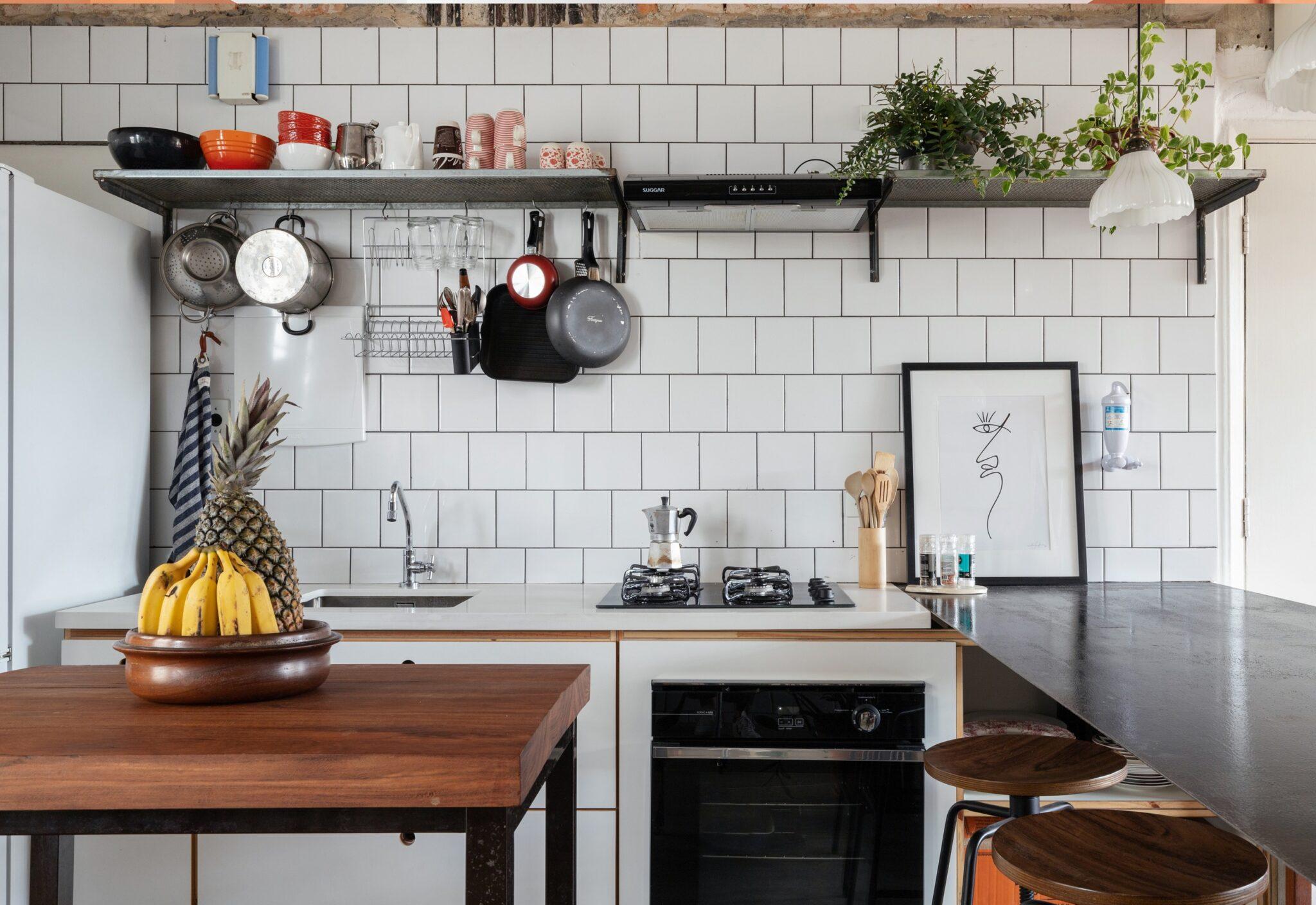 cozinha com ladrilhos brancos industriais
