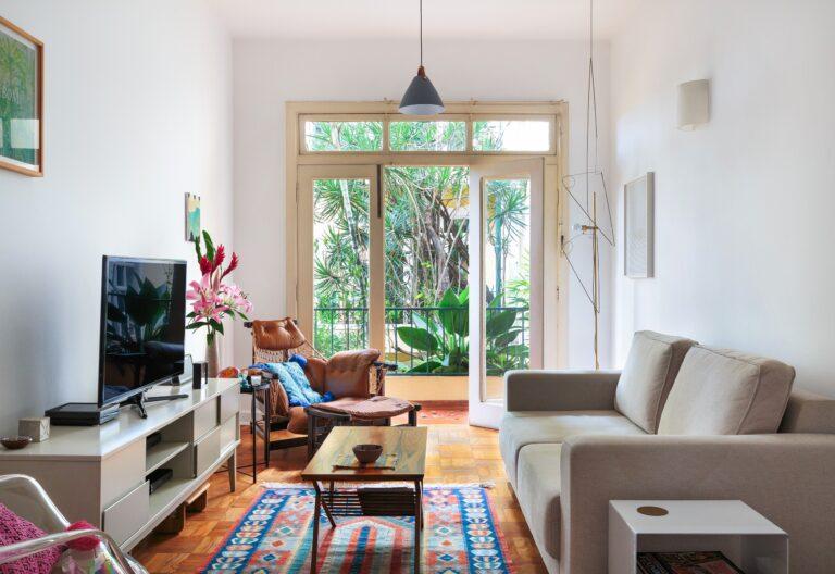 Sala com varanda e vista para o verde