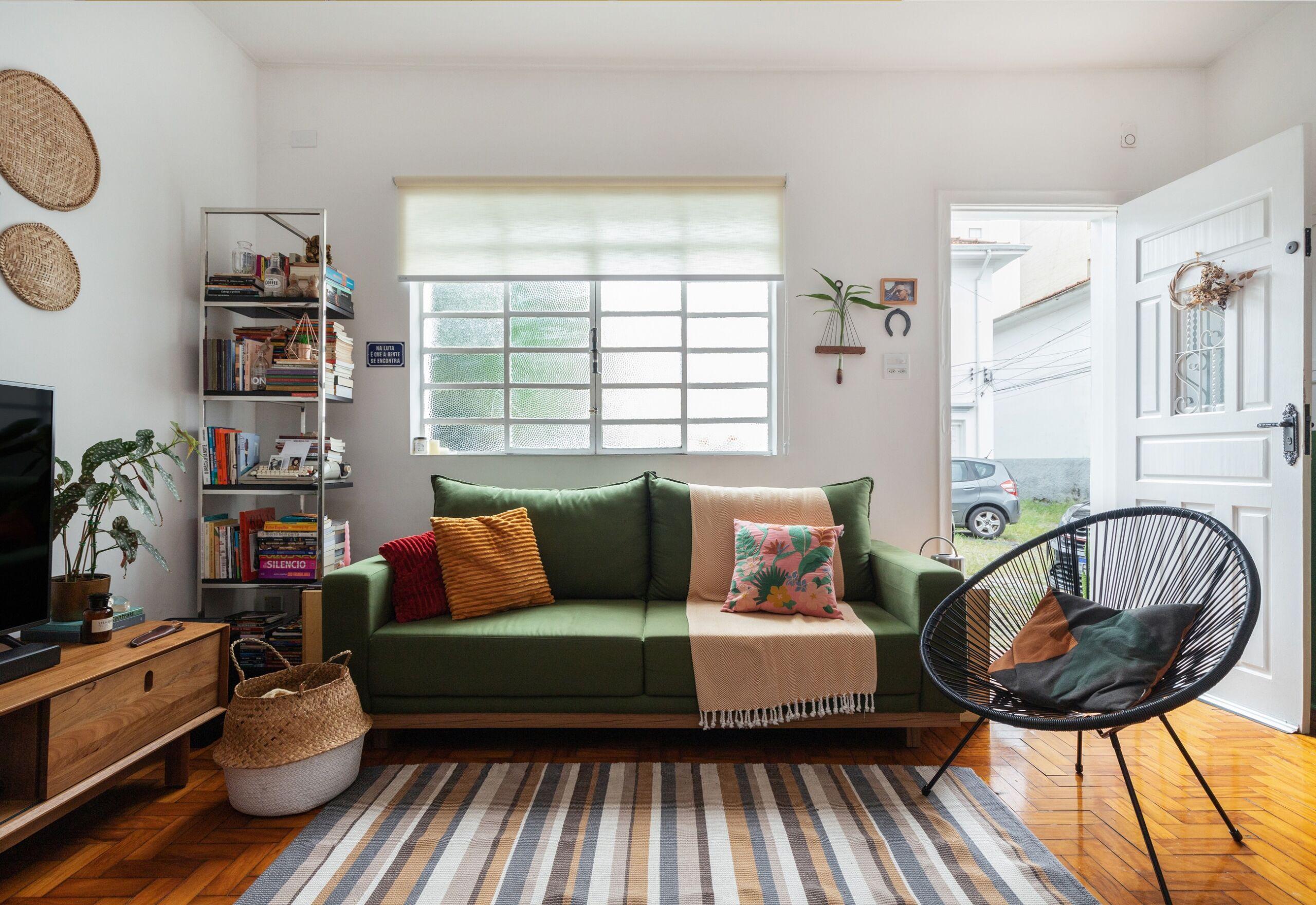 sala com sofá verde