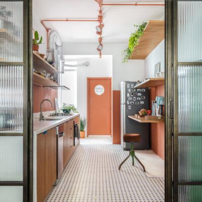 cozinha com meia parede terracota