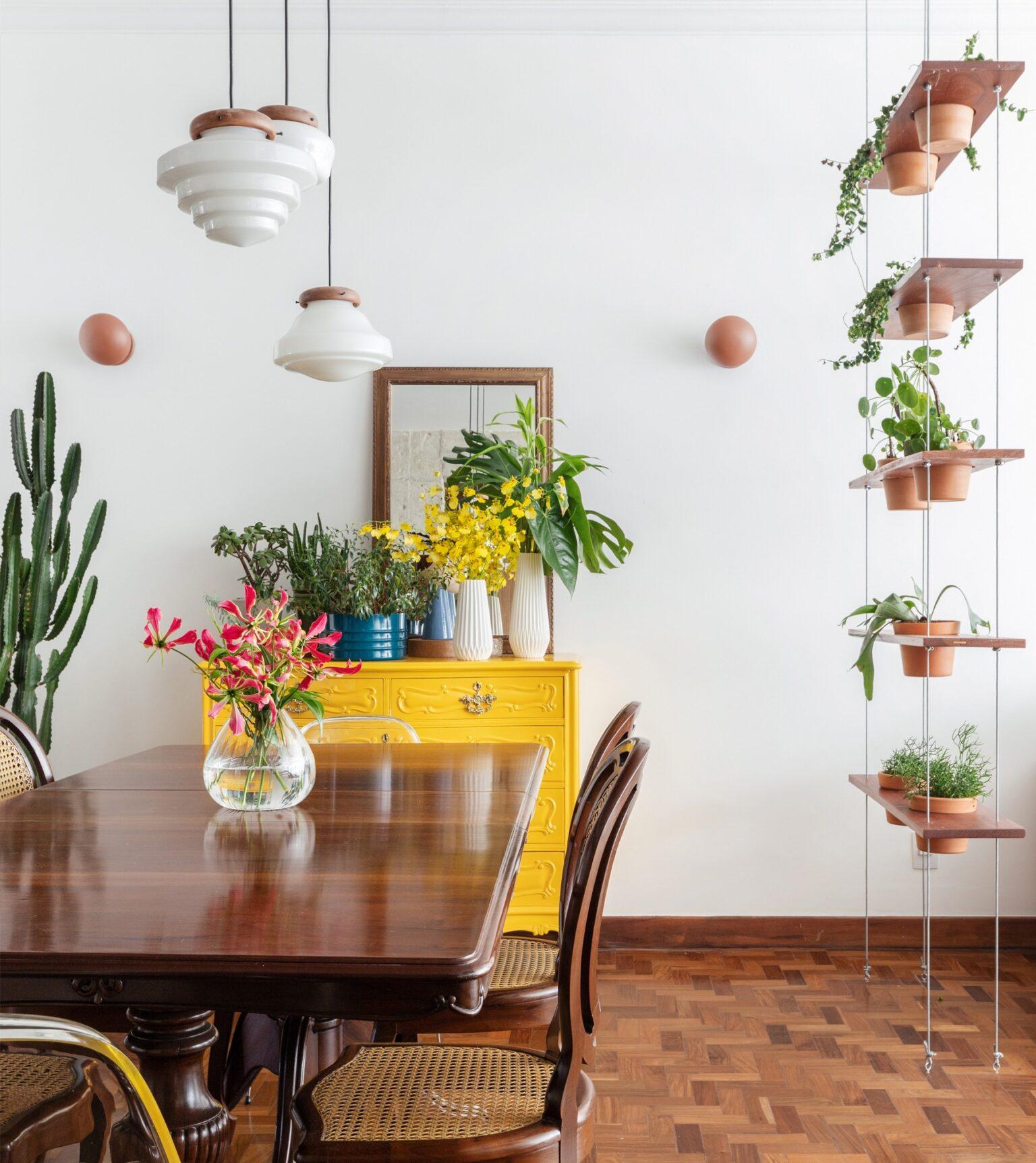 detalhe sala com cadeiras de madeira