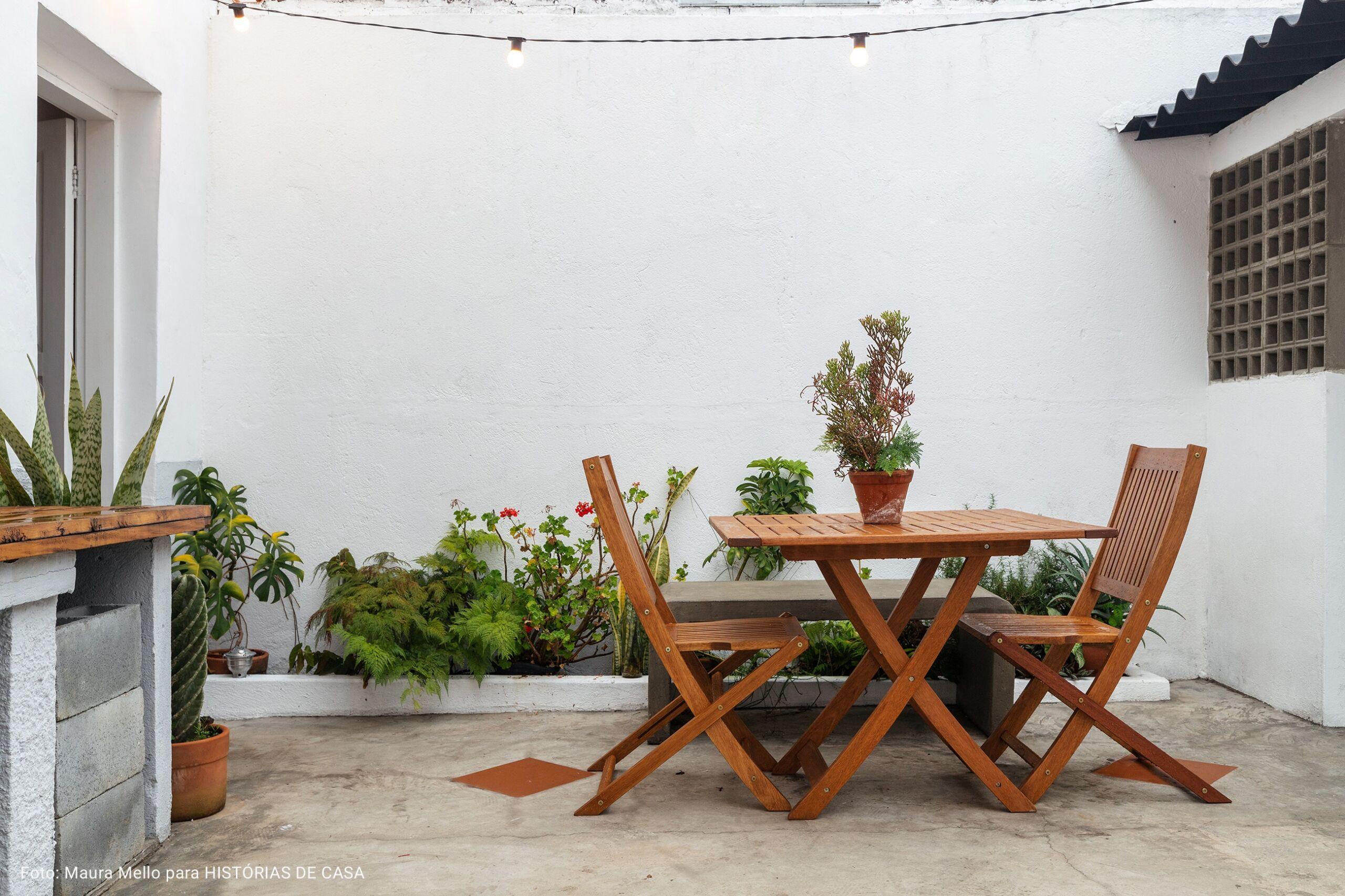 quintal com mesa e cadeiras de madeira
