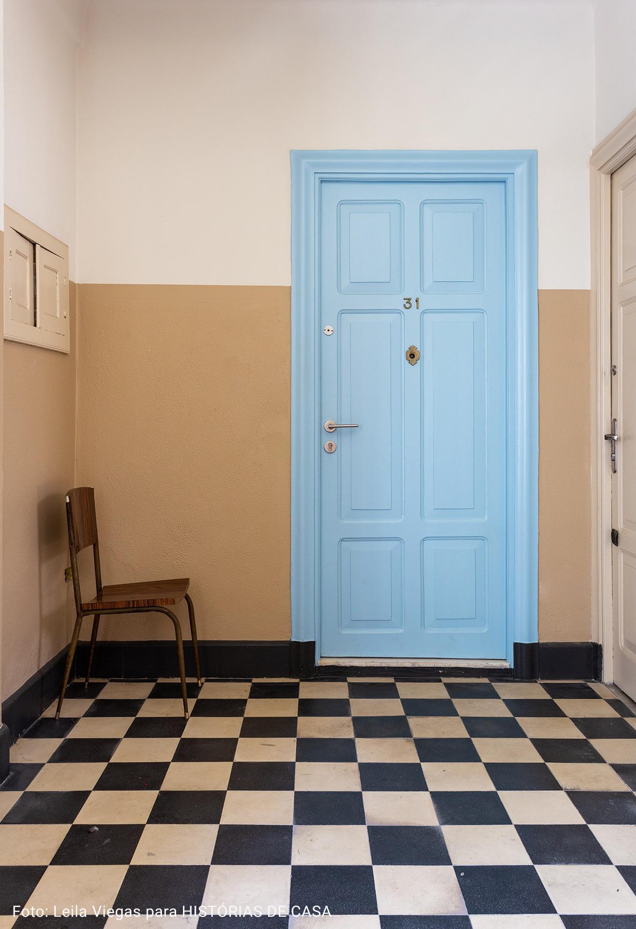 entrada de apartamento com piso xadrez