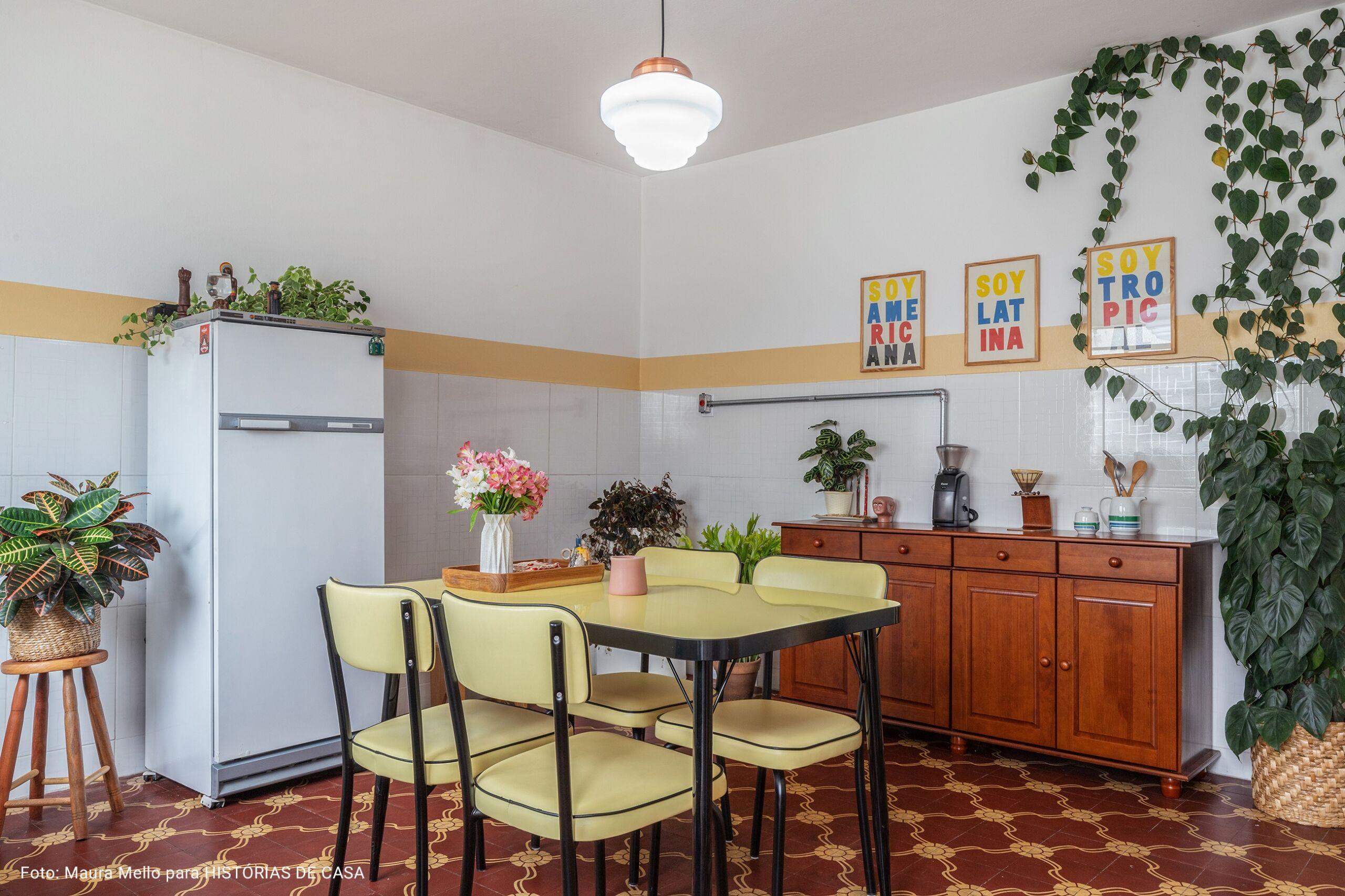 cozinha com mesa e cadeiras amarelas