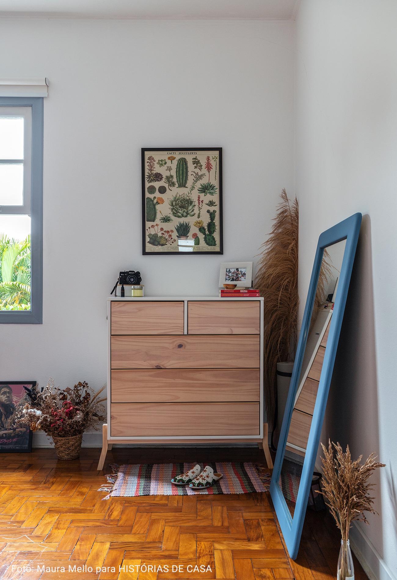 quarto com comoda de madeira industrial