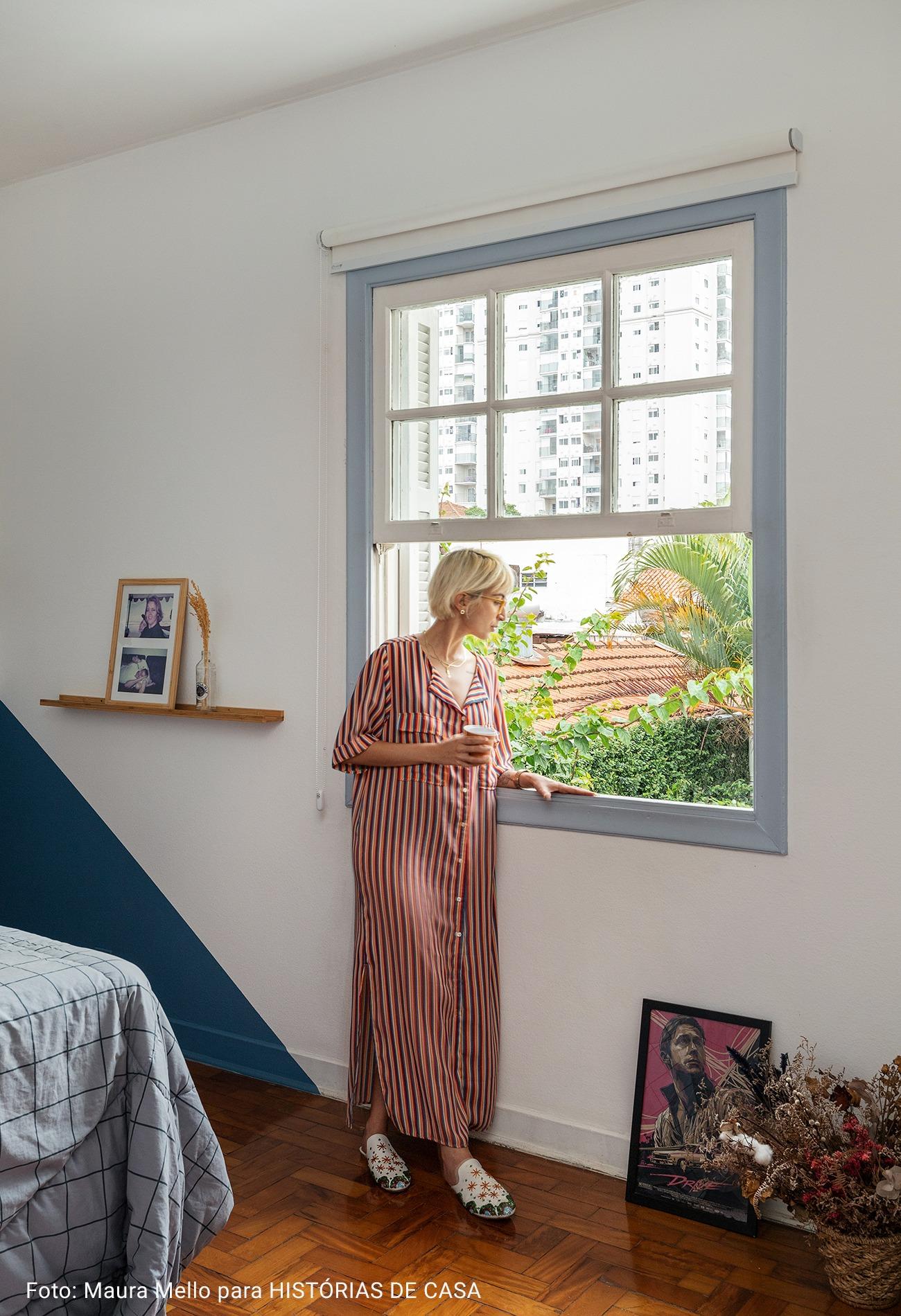 quarto com pintura geometrica azul marinho