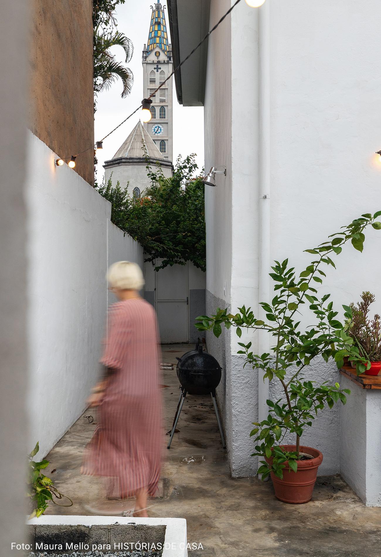 fundos de casa com parede branca