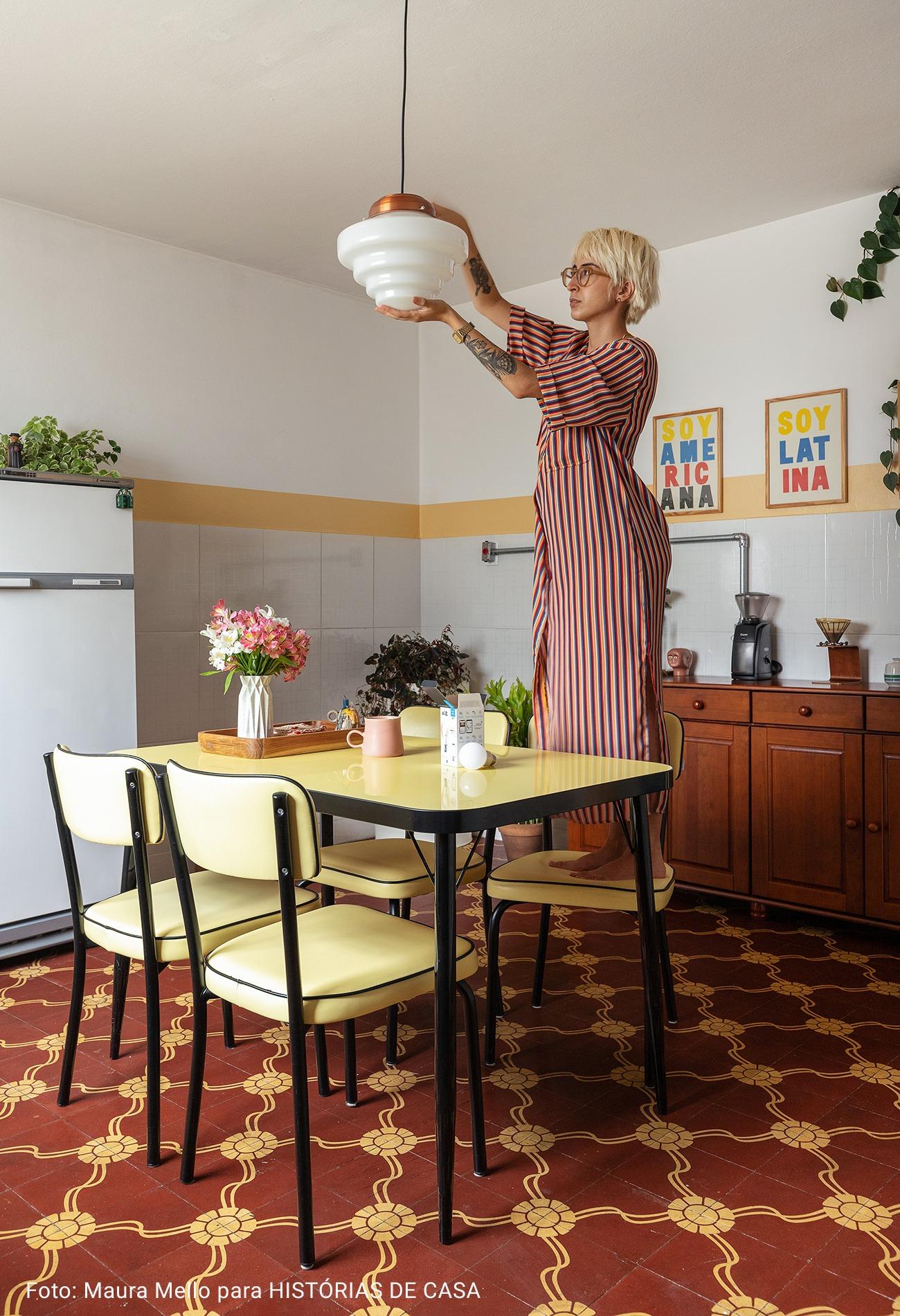 cozinha com piso vinho e amarelo