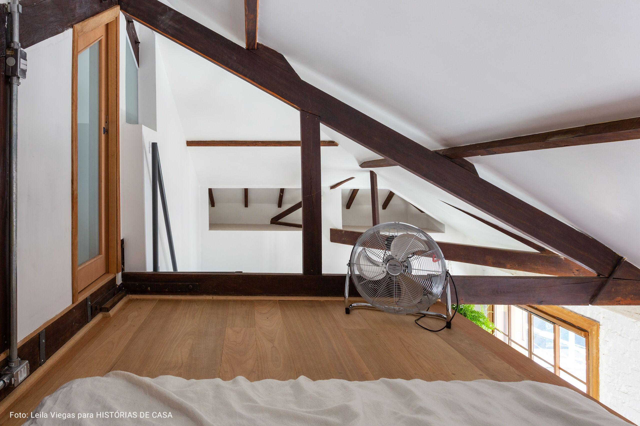mesanino de madeira polida