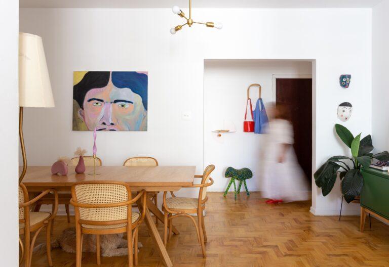 sala com quadro abstrato
