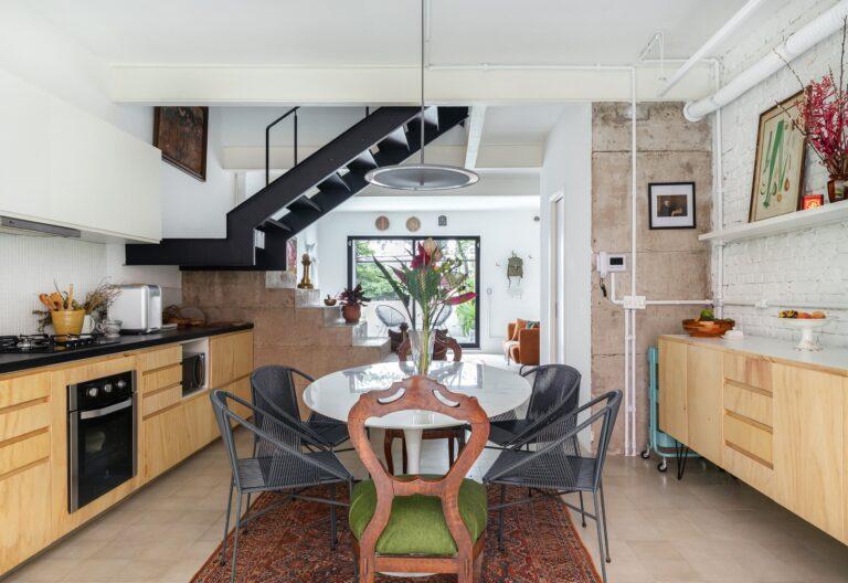 Sala de jantar integrada com armários de madeira clara