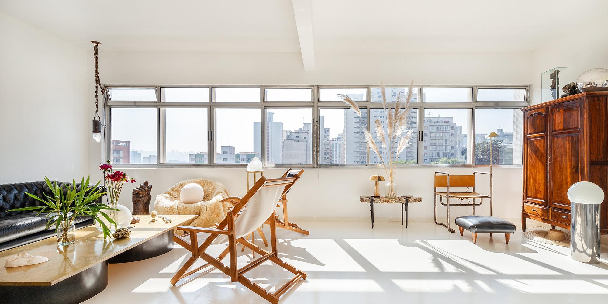 Apartamento todo branco com móveis de madeira