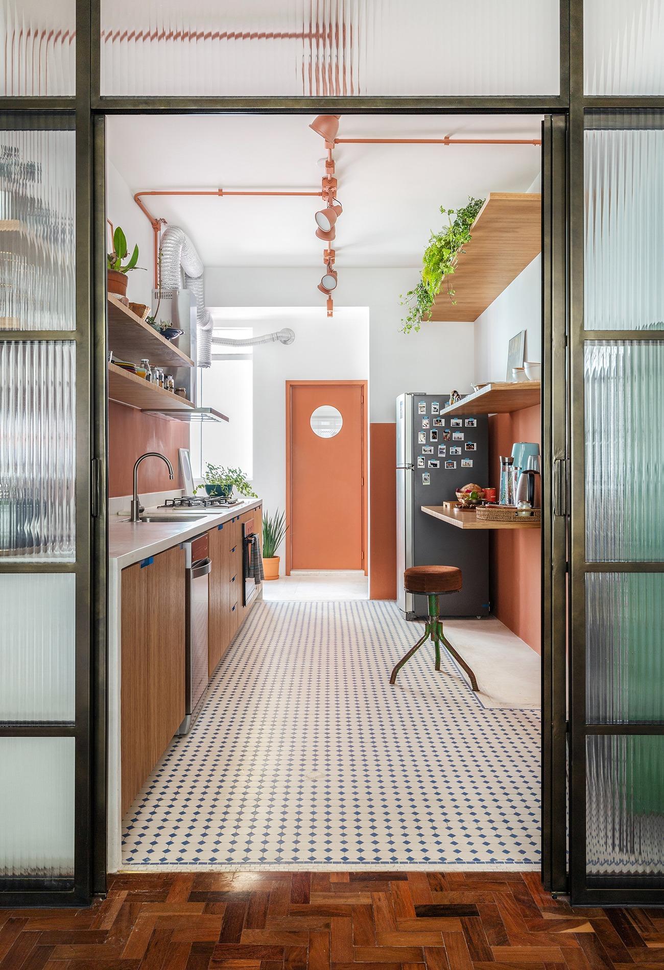 Apartamento cozinha paredes coloridas