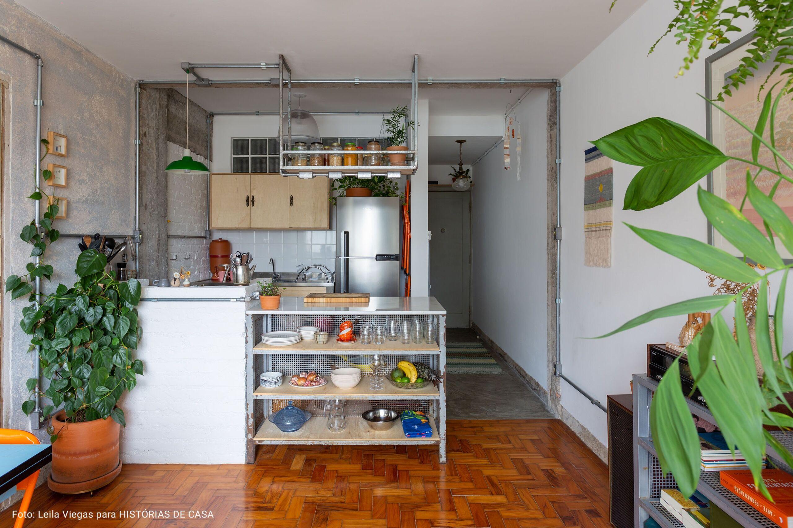 cozinha integrada com prateleiras expostas