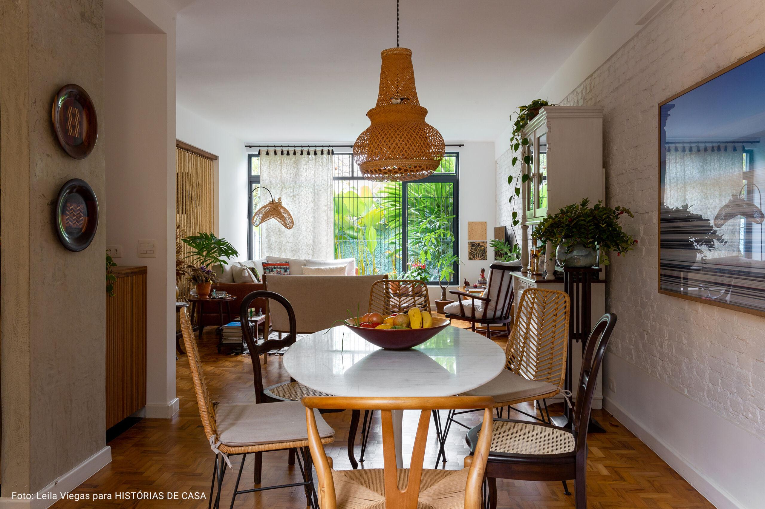 sala de jantar com cadeiras diversas