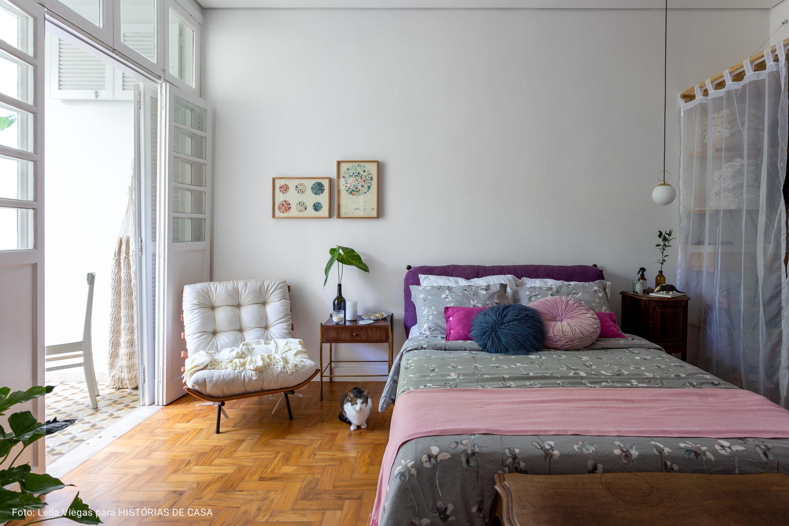 quarto com manta rosa na cama